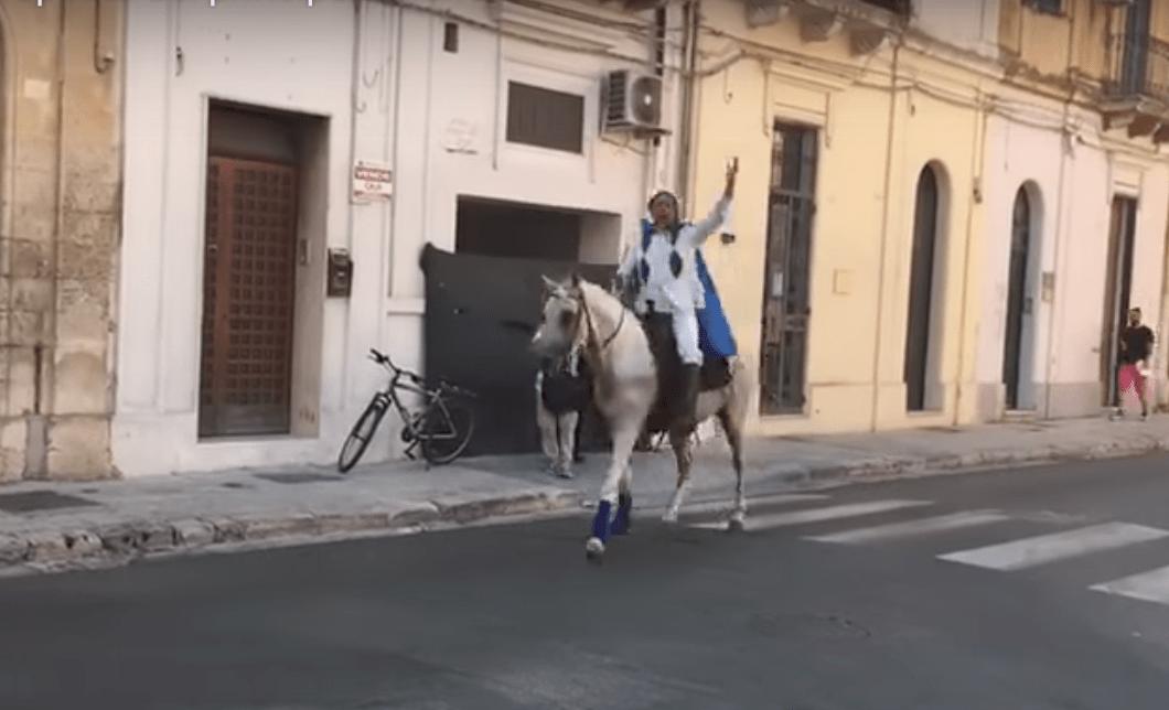 Proposta di matrimonio fiabesca a Lecce: in città arriva il principe azzurro a cavallo