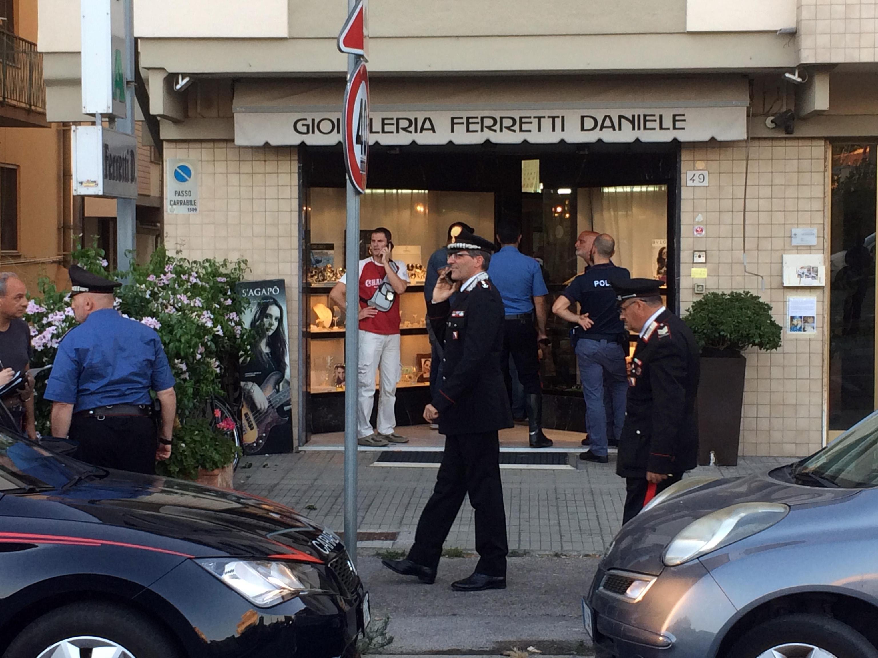 Rapina a Pisa, gioielliere reagisce e uccide il malvivente