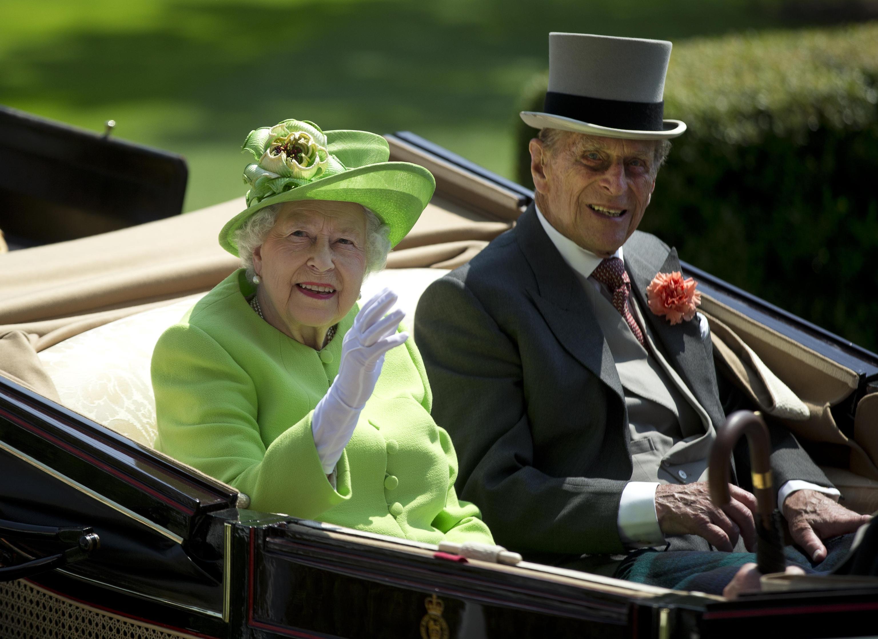 Principe Filippo ricoverato in ospedale, la Regina accompagnata dal figlio Carlo