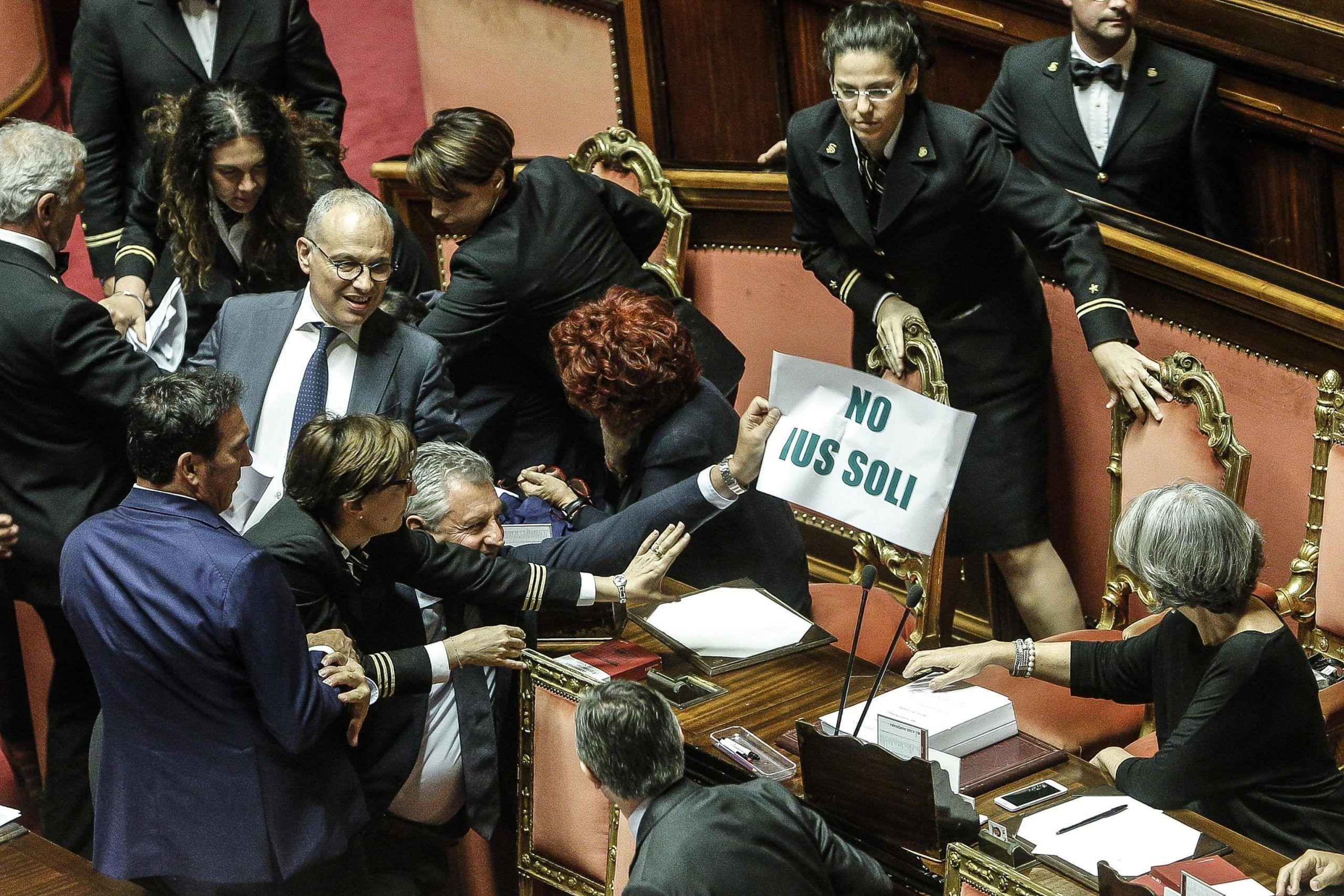 ++ Ius soli: Lega protesta, Grasso espelle Volpi ++
