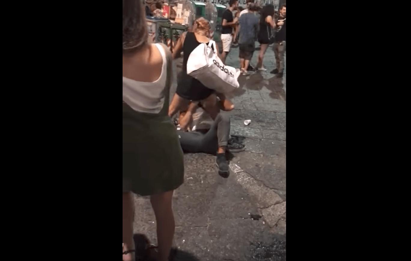 Sesso orale in piazza San Domenico a Napoli, il video finisce in rete