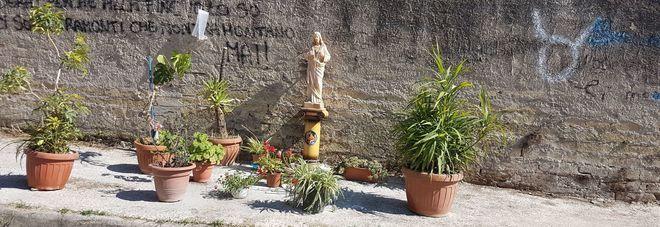 Statua di Gesù Cristo per combattere la monnezza per strada a San Cipriano d'Aversa