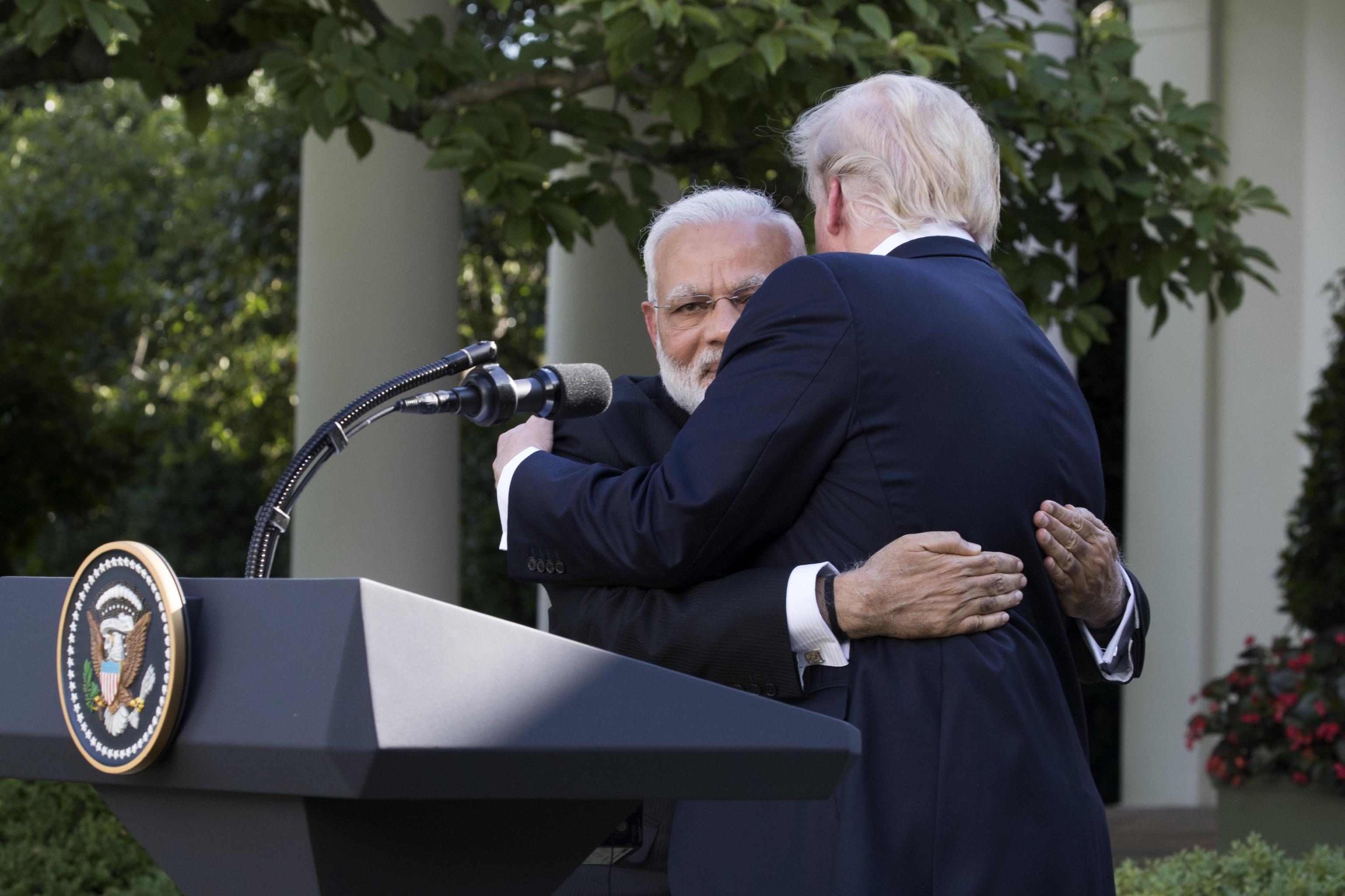 Trump e la stretta di mano che terrorizza i potenti: il primo ministro indiano lo abbraccia
