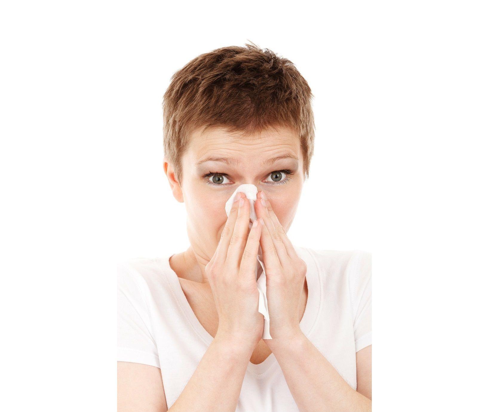 Trattenere gli starnuti fa male: ecco i rischi e le conseguenze