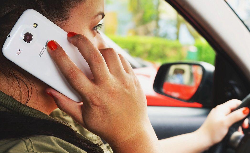 Cellulare alla guida, multe più salate e sospensione della patente fino a 6 mesi