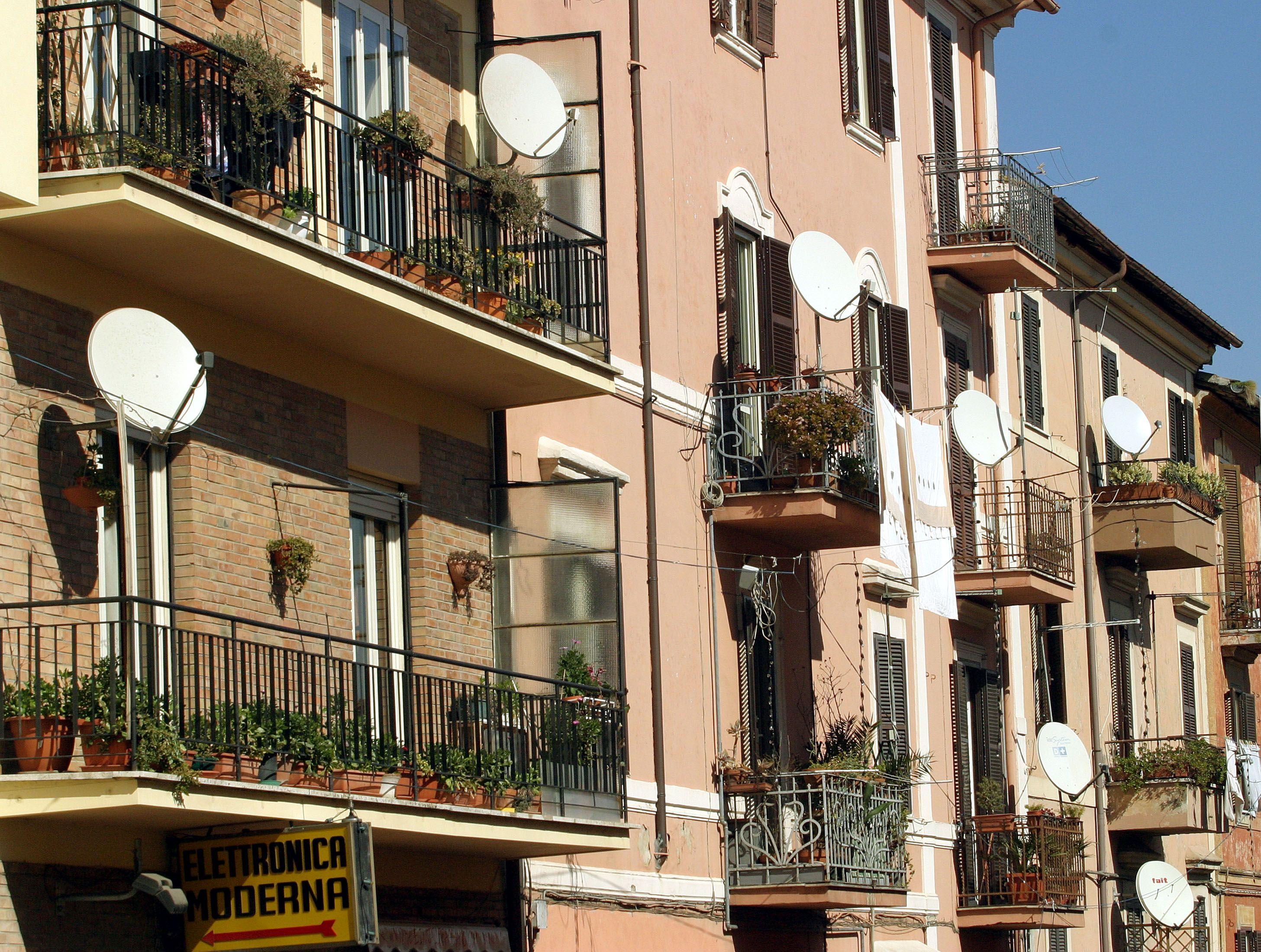 Riforma del condominio: le novità principali su animali domestici, pannelli solari e parabole tv