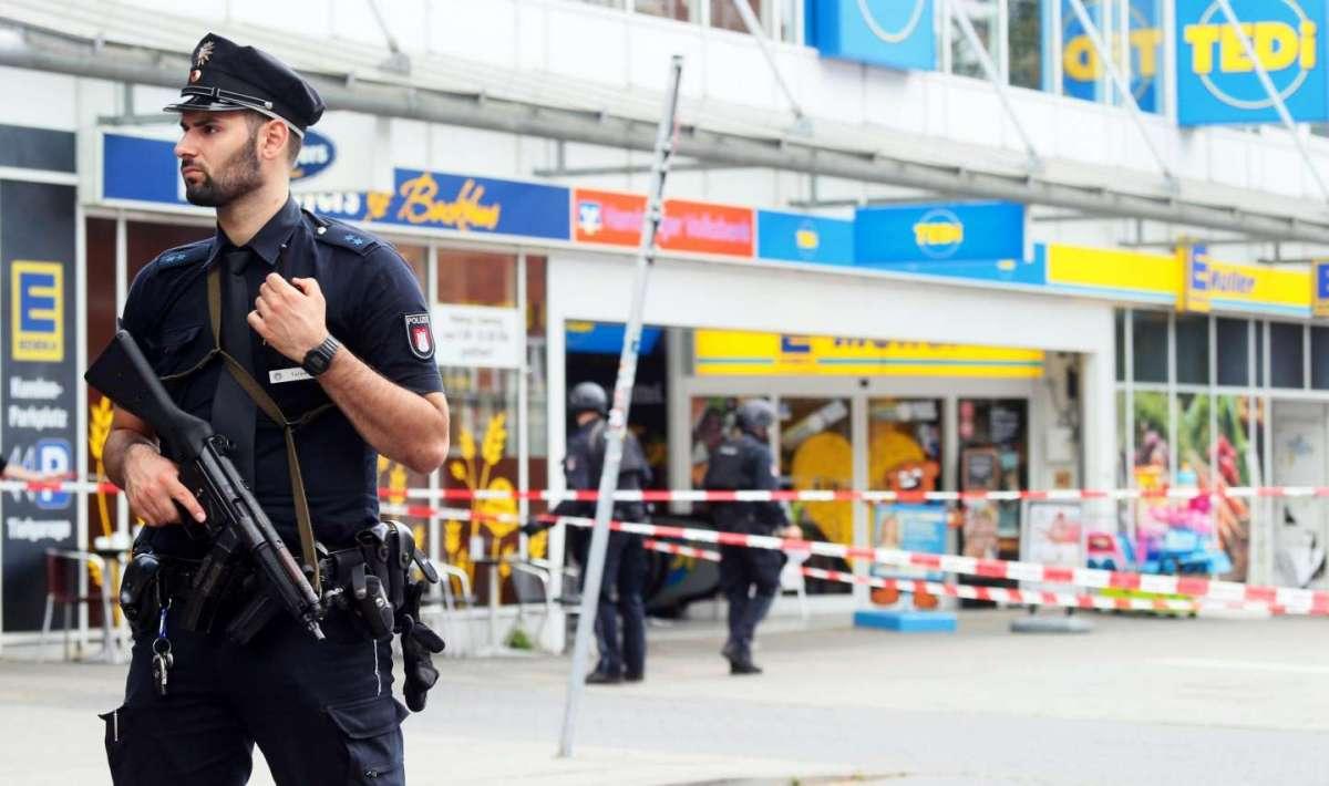 Attentato Amburgo: uomo accoltella clienti al supermercato, unità anti-terrorismo in azione