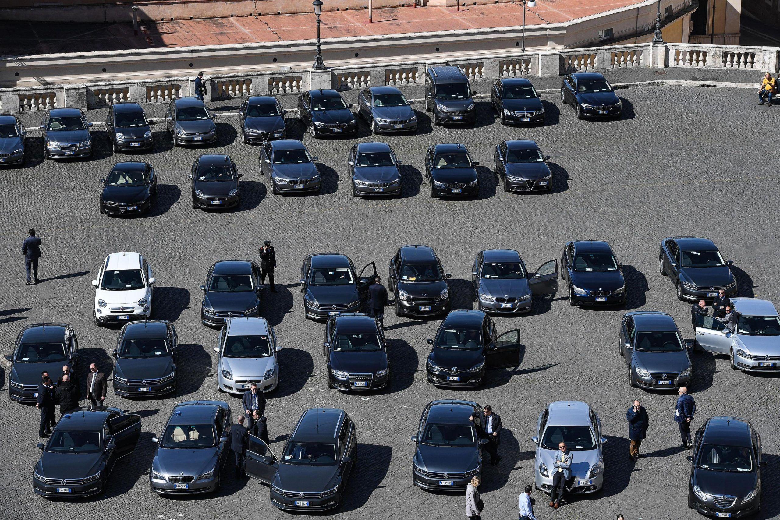 Auto blu in piazza del Quirinale
