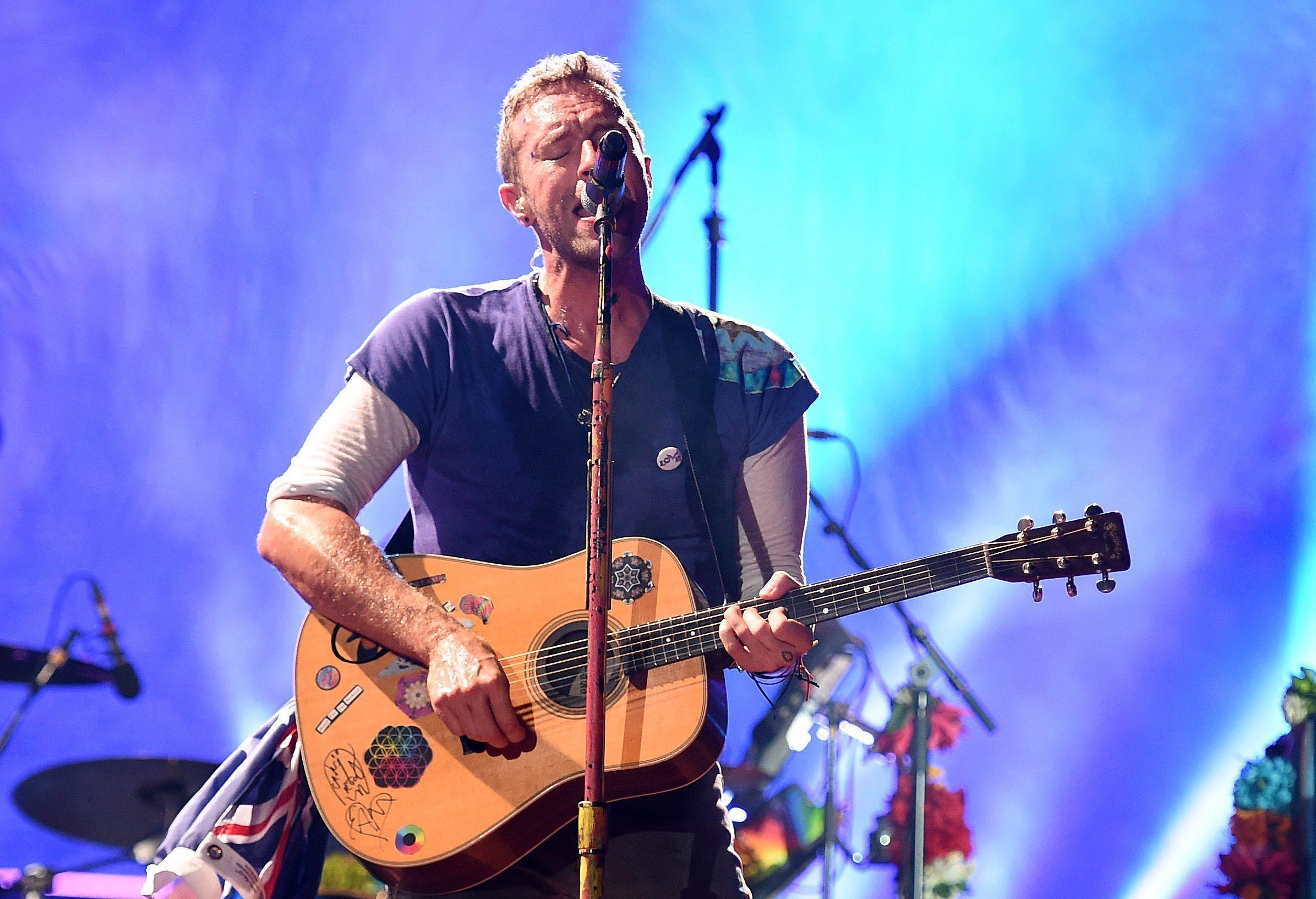 Chris Martin dei Coldplay suona per i bambini di una clinica di Milano
