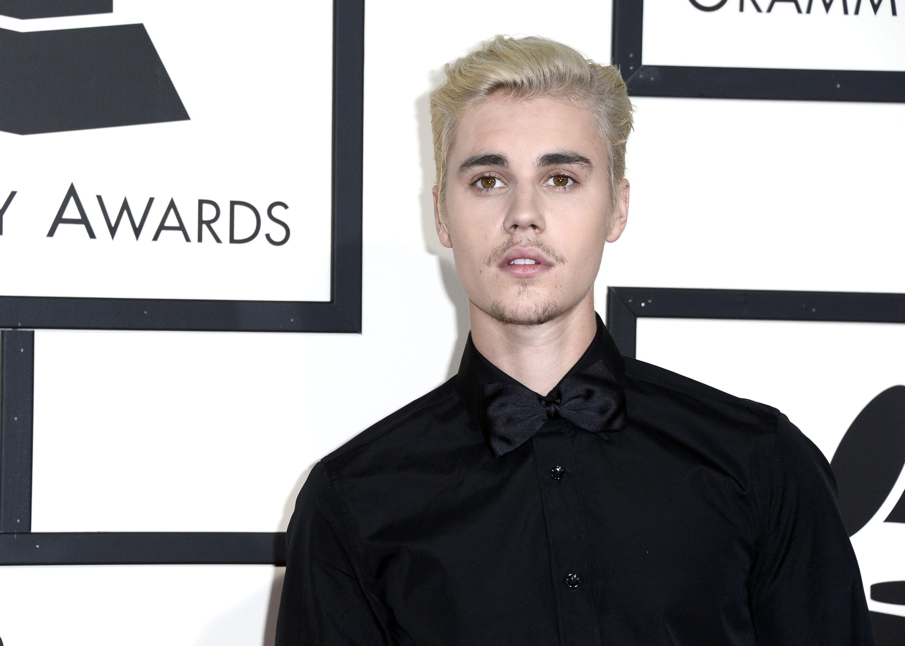 Justin Bieber investe un paparazzo a Los Angeles all'uscita di una chiesa