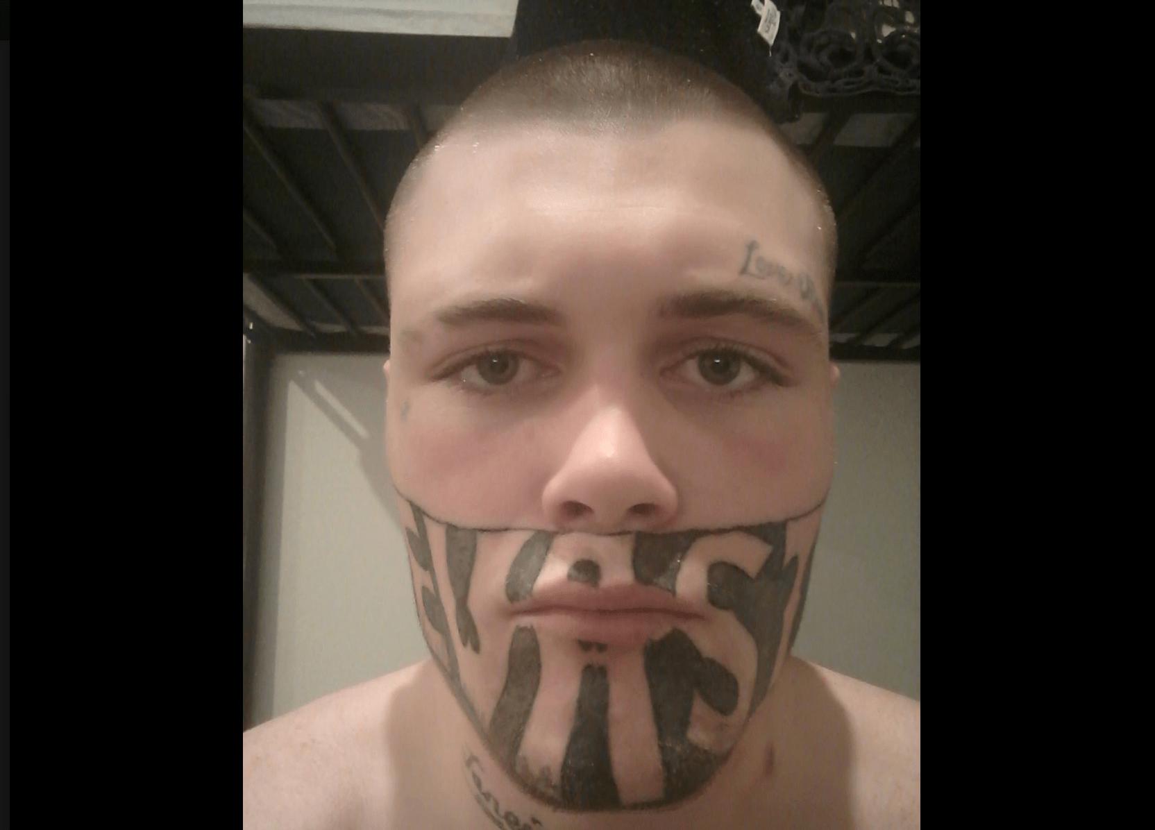 Esce dal carcere con mezzo viso tatuato, nessuno gli dà un lavoro: 'Voglio solo mantenere la mia famiglia'