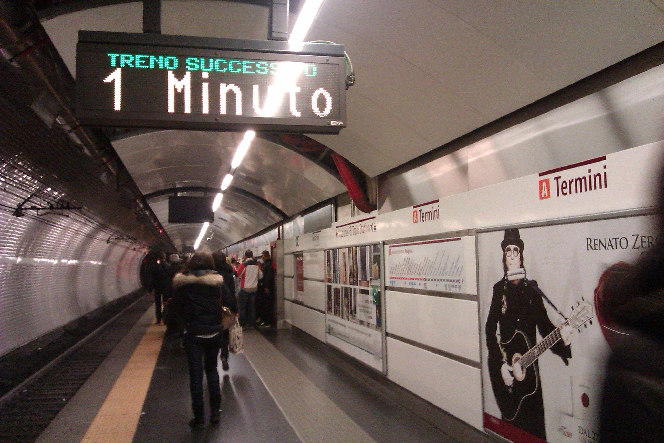 Donna resta incastrata nelle porte della metro a Roma, è grave