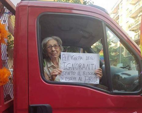 Gay Pride Cosenza: la nonna calabrese simbolo della lotta all'omofobia