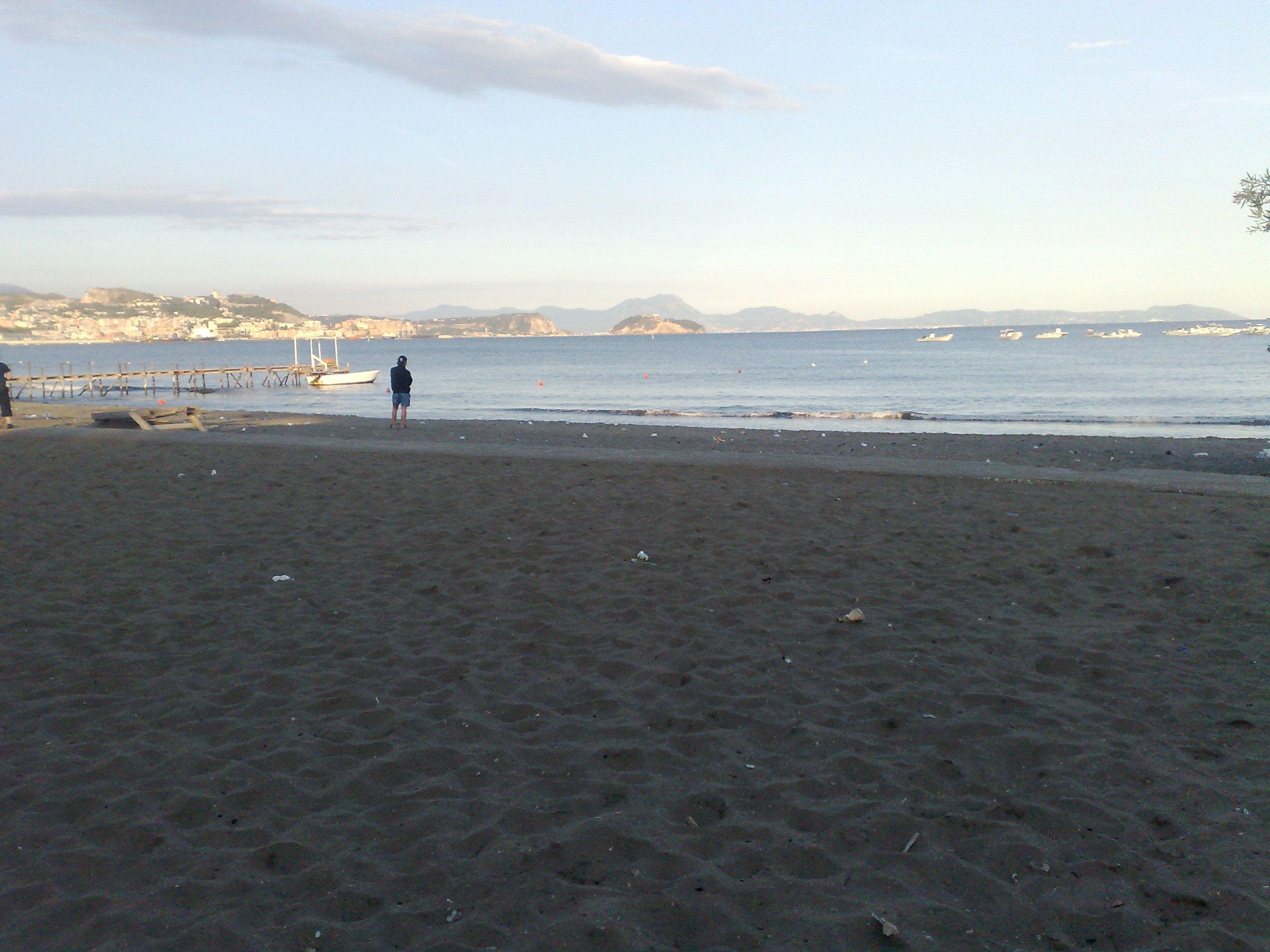 Sesso tra scambisti sulla spiaggia libera di Licola a Pozzuoli