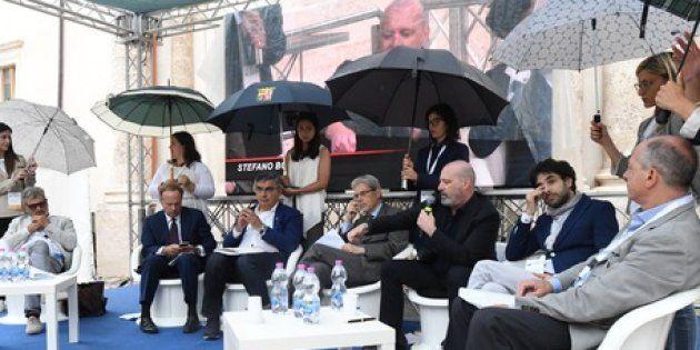 Sulmona: le donne reggono gli ombrelli ai politici e scoppia la polemica sul sessismo