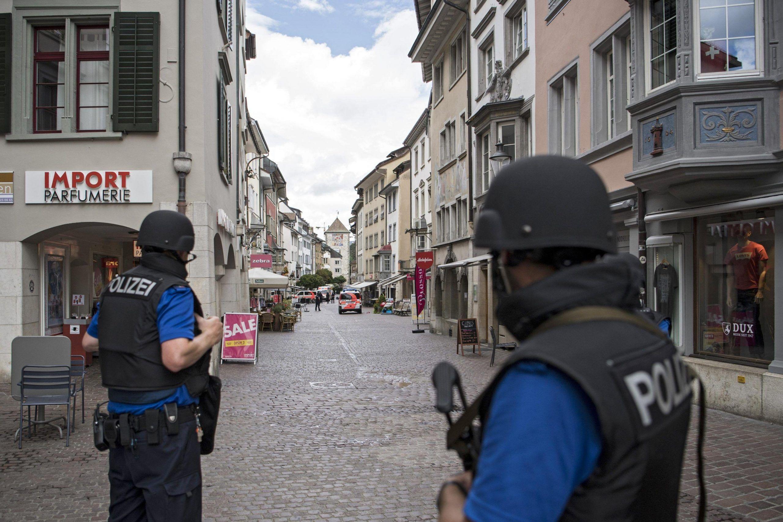 Svizzera, uomo con motosega ferisce 5 persone