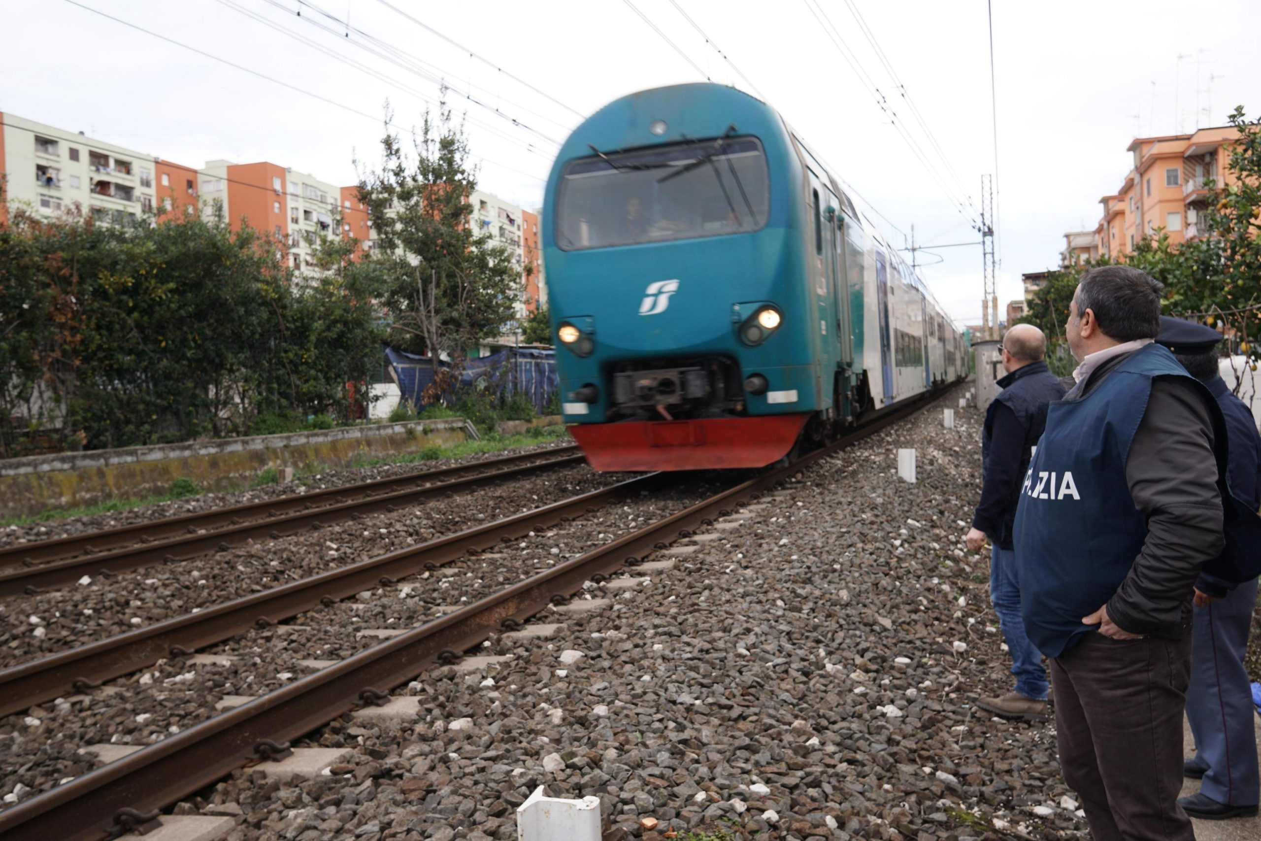 Giovane di 17 anni travolto ed ucciso da treno a Napoli