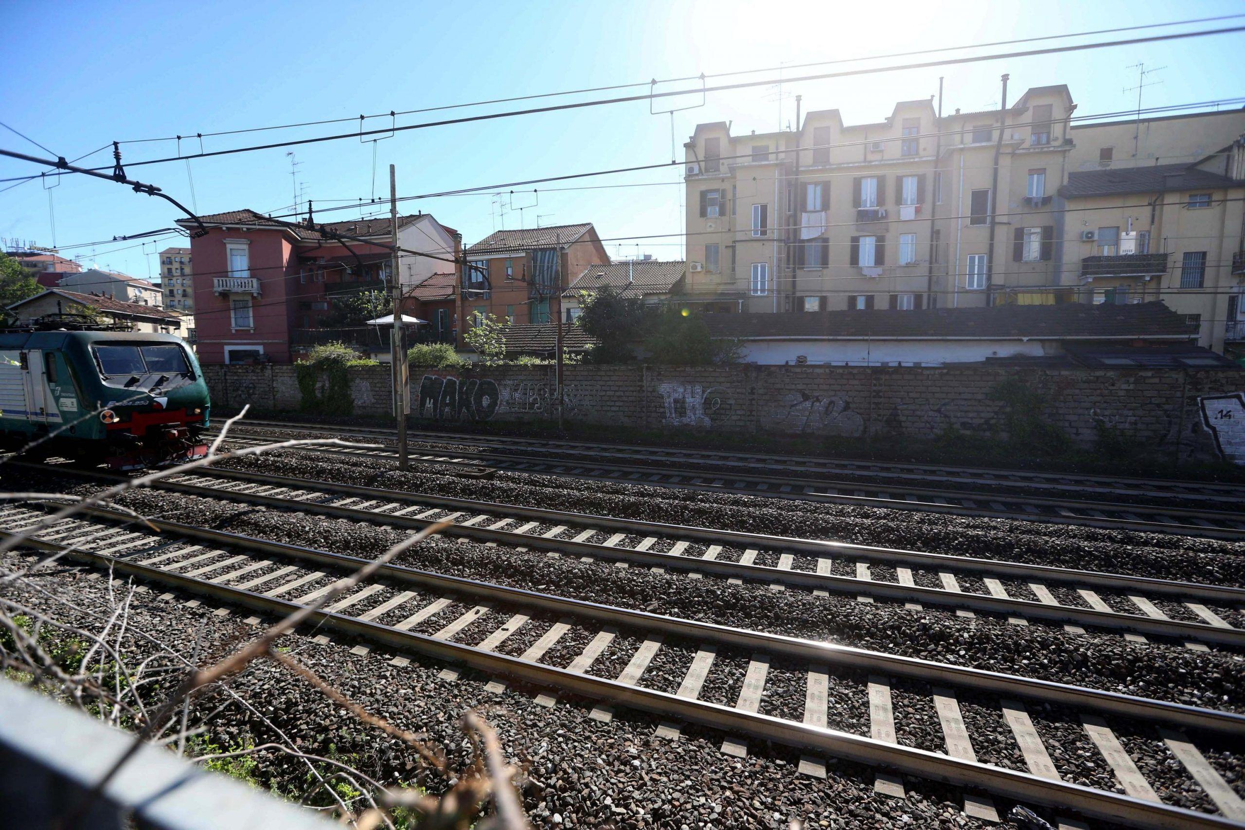 Morto l'artista di strada Mauro Mantovani: travolto da un treno vicino Milano