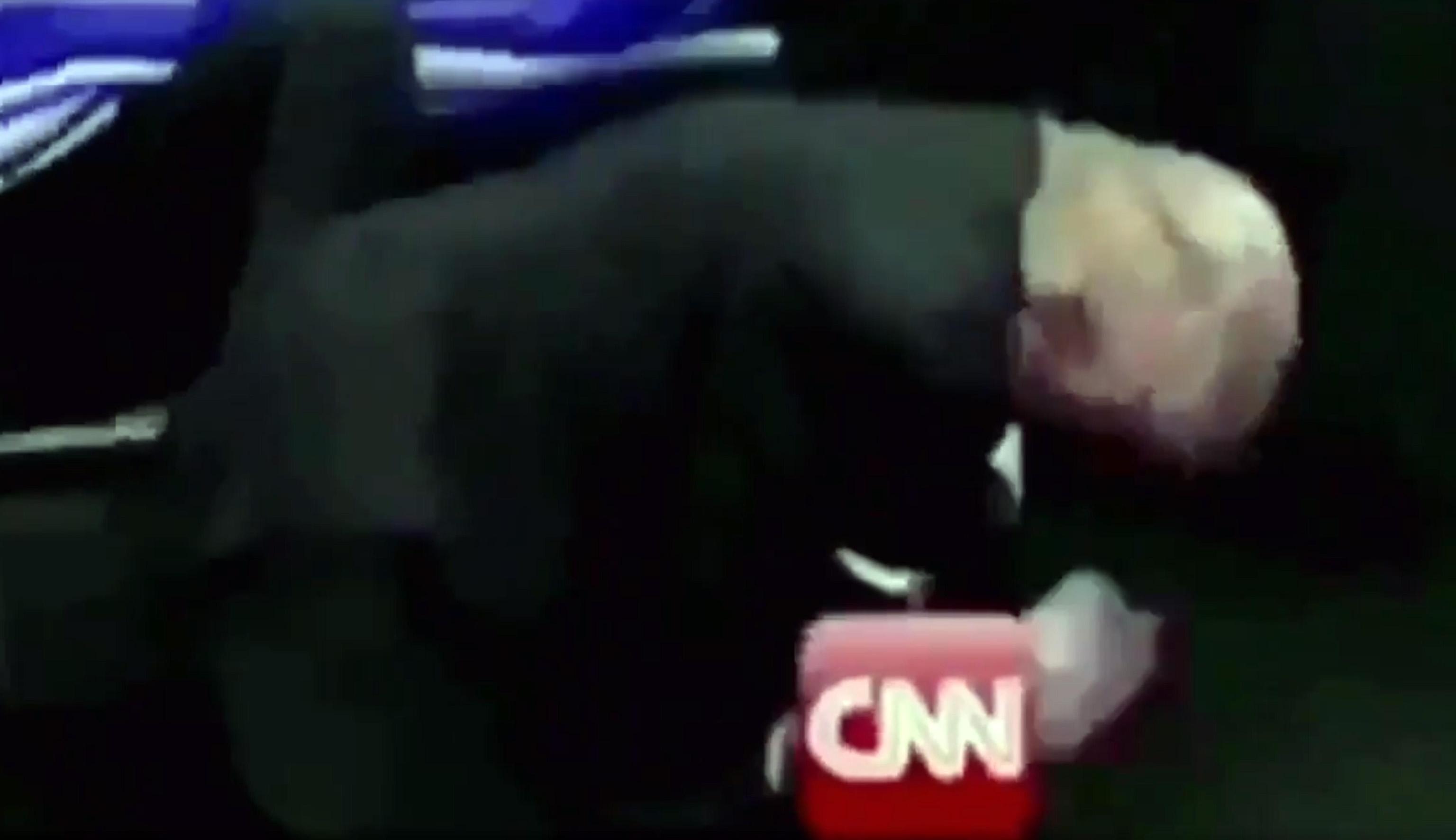Trump contro la Cnn: in un tweet il video in cui il presidente prende a pugni la rete