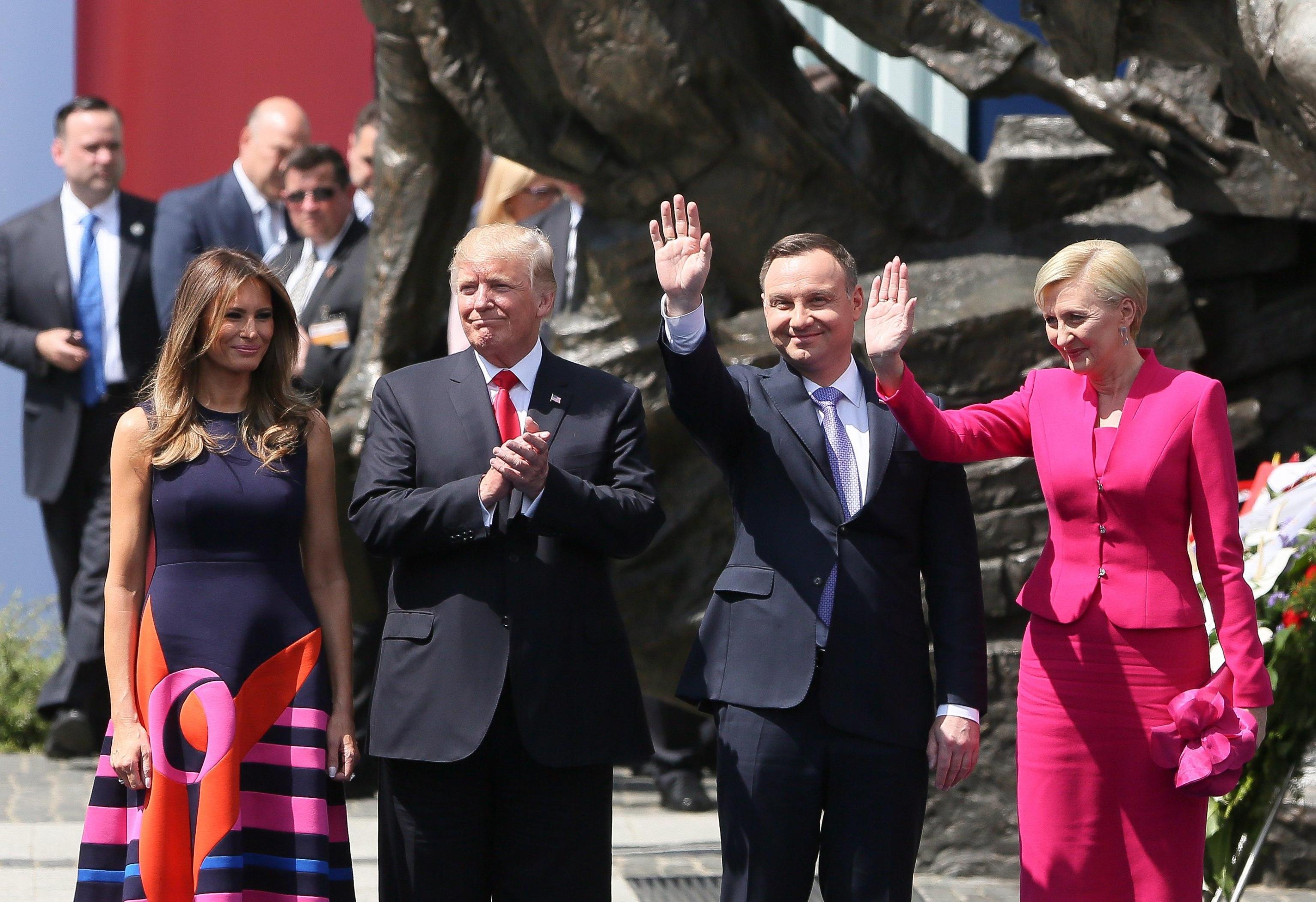 Donald Trump snobbato dalla First Lady polacca: la mancata stretta di mano diventa virale