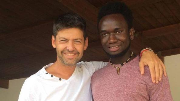 Perde il portafogli, glielo riporta un profugo del Gambia