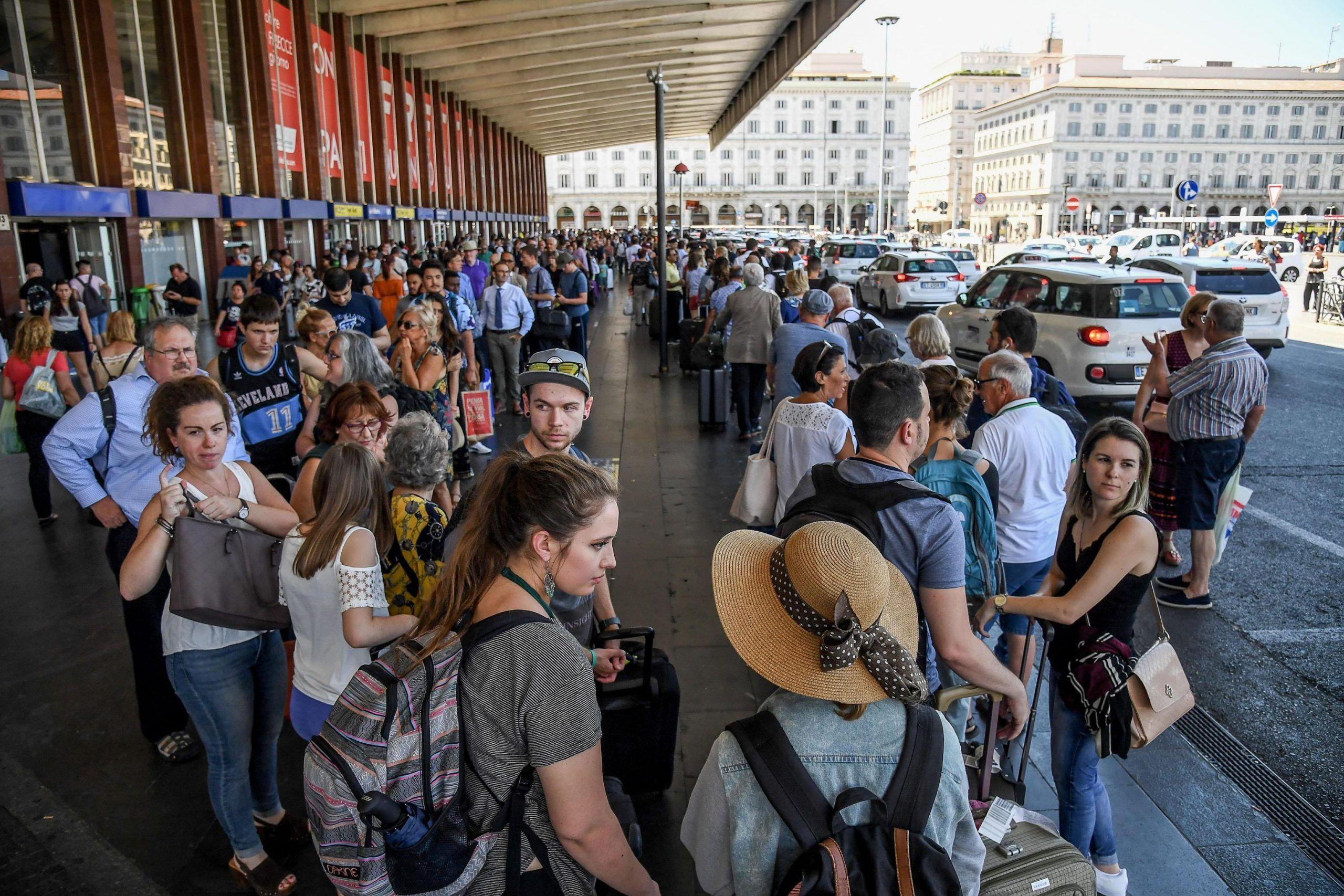 roma passeggeri in attesa foto repertorio