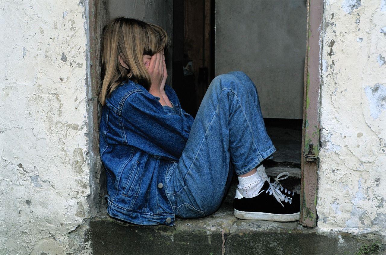 Stupra la figlia adolescente per anni e confessa: 'Così mi consolavo dalla separazione'