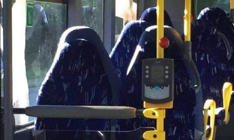 Foto su Facebook 'l'invasione di donne in burqa', ma sono i sedili di un bus vuoto