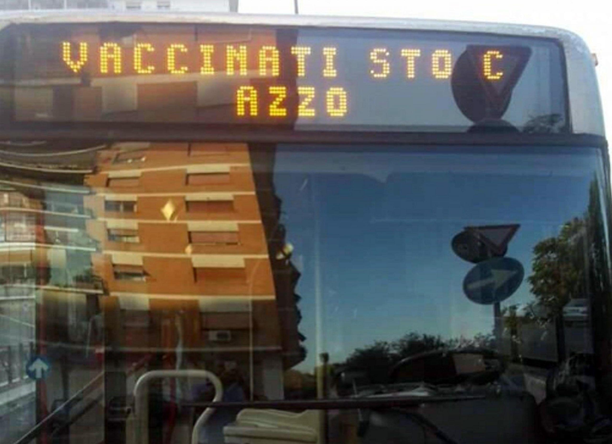 Scritta contro i vaccini sul bus, autista di Atac pubblica la foto su Facebook