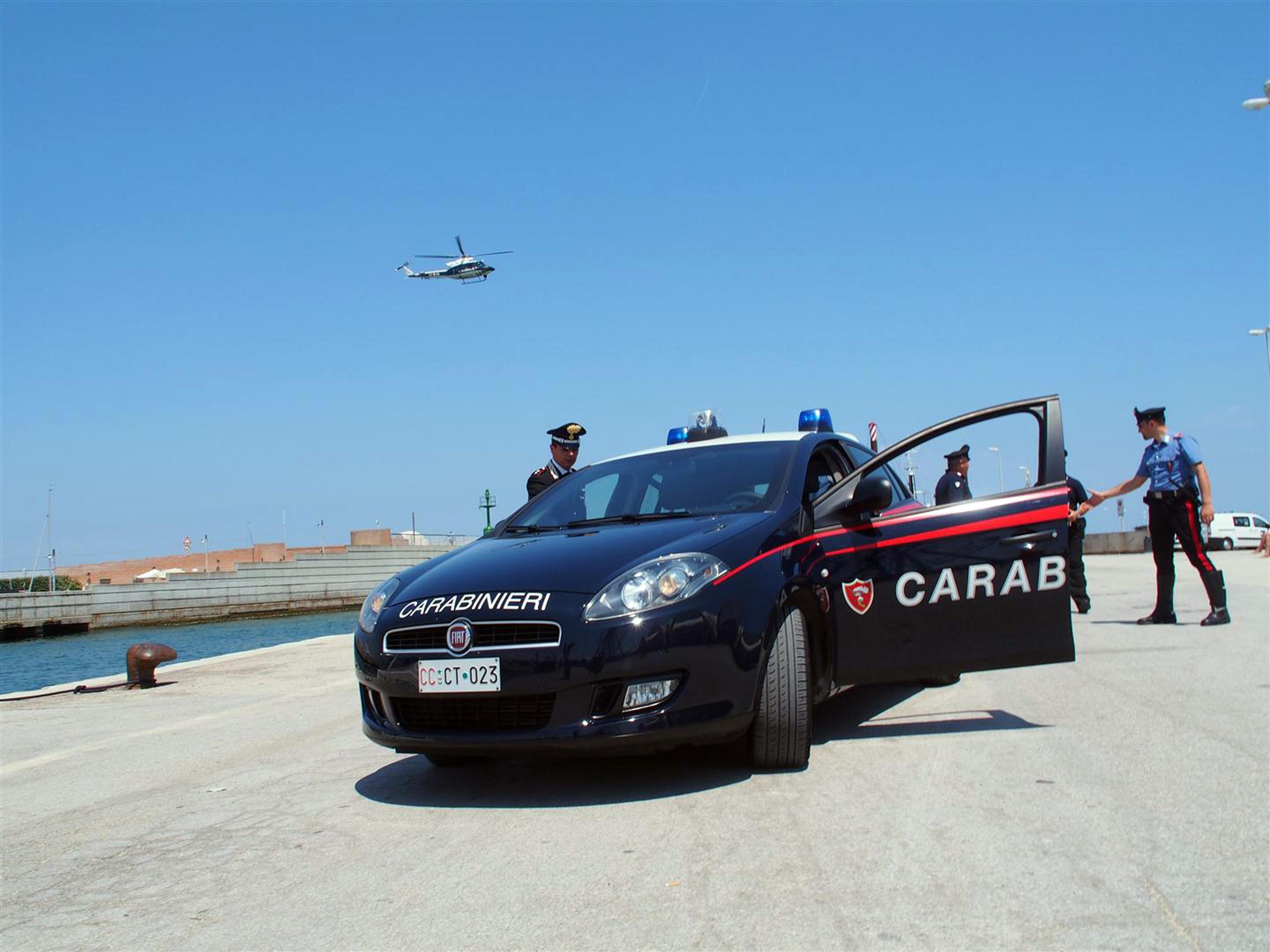 Ruba il cellulare e la ricatta per stuprarla, donna salvata dai Carabinieri