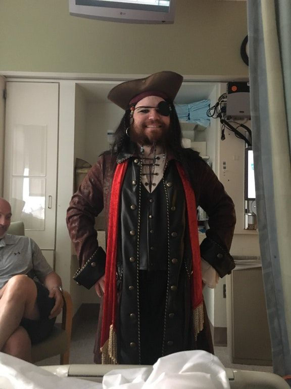 Gli amputano una gamba, il gemello si presenta in ospedale vestito da pirata