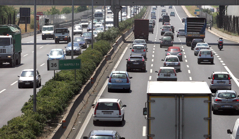 Incidente Autostrada A1: bisarca perde carico di auto, traffico su una corsia e 8 km di coda
