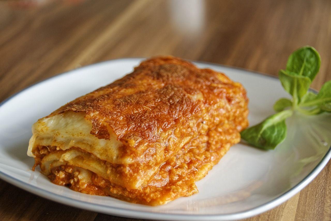 Cameriera italiana licenziata da club esclusivo di Londra per un pezzo di lasagna