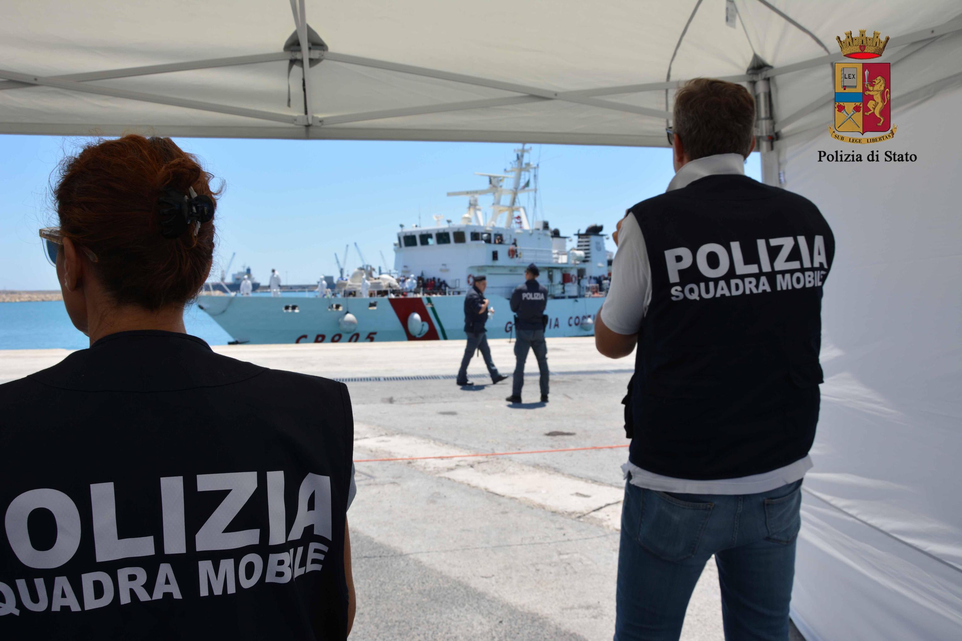 Migranti: sbarco a Pozzallo, fermati tre presunti scafisti