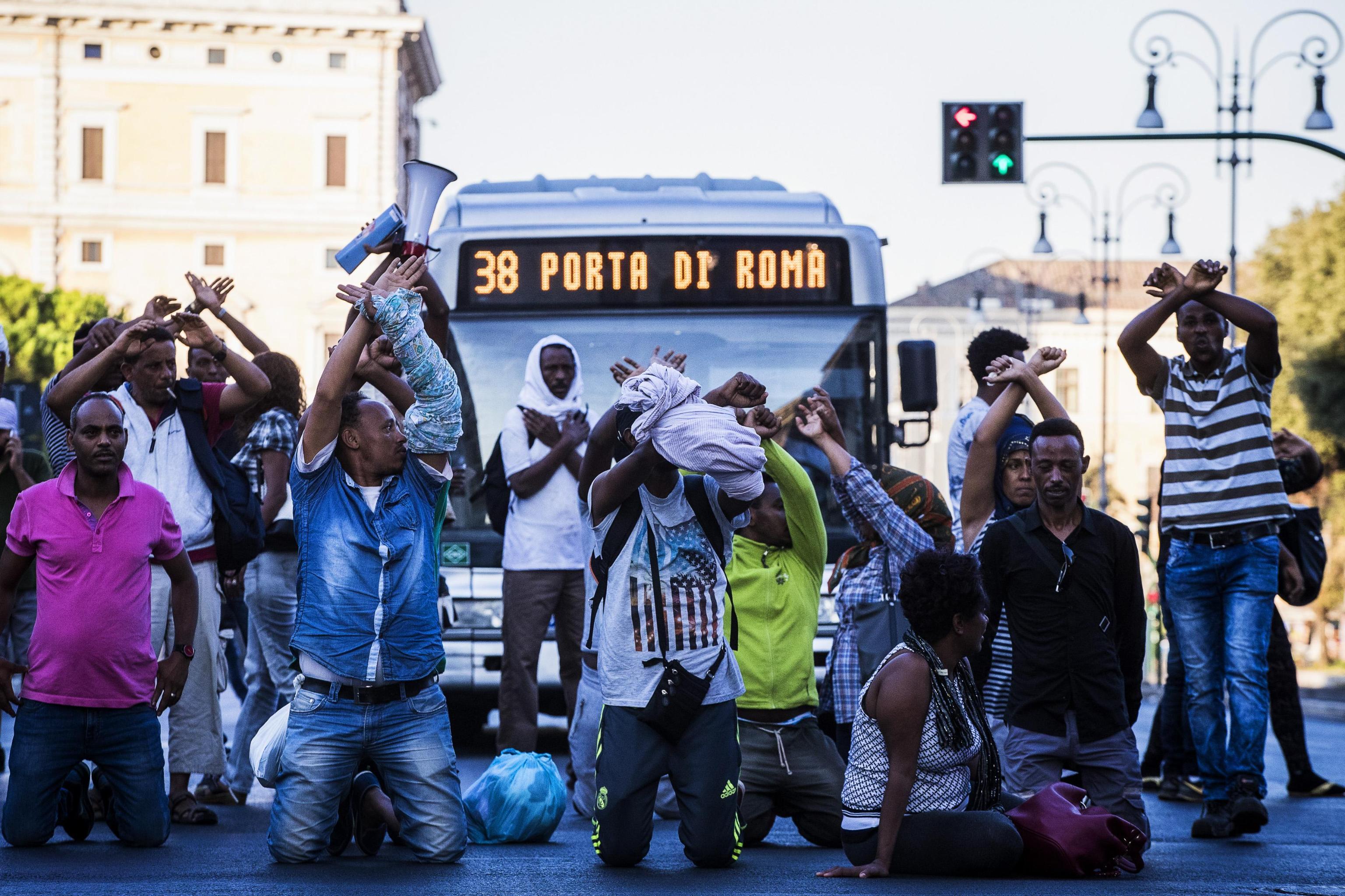 Migranti sgomberati con gli idranti, bombole di gas contro la polizia: scontri a Roma
