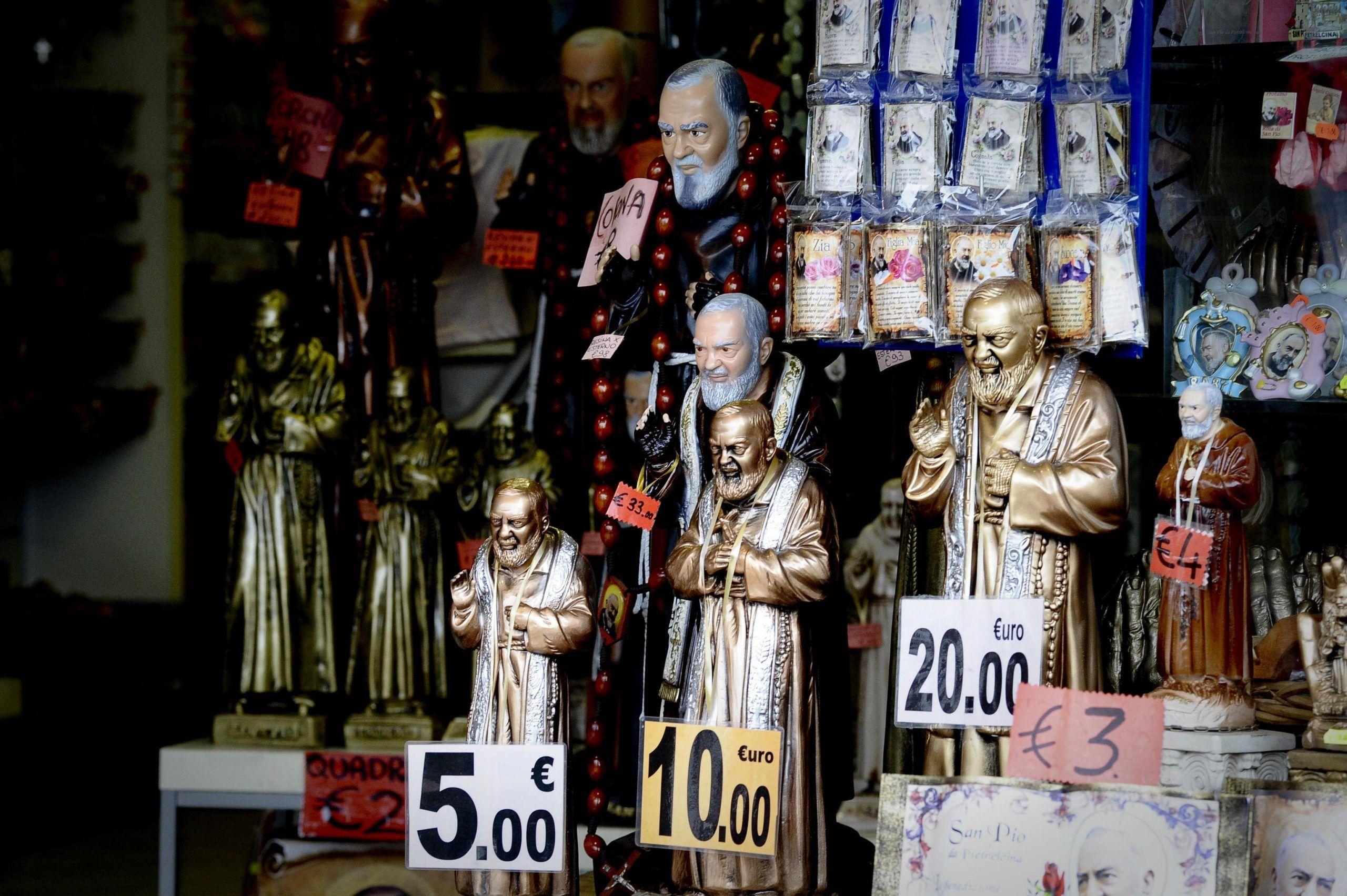 San padre Pio statua usata per truffa furto di energia elettrica