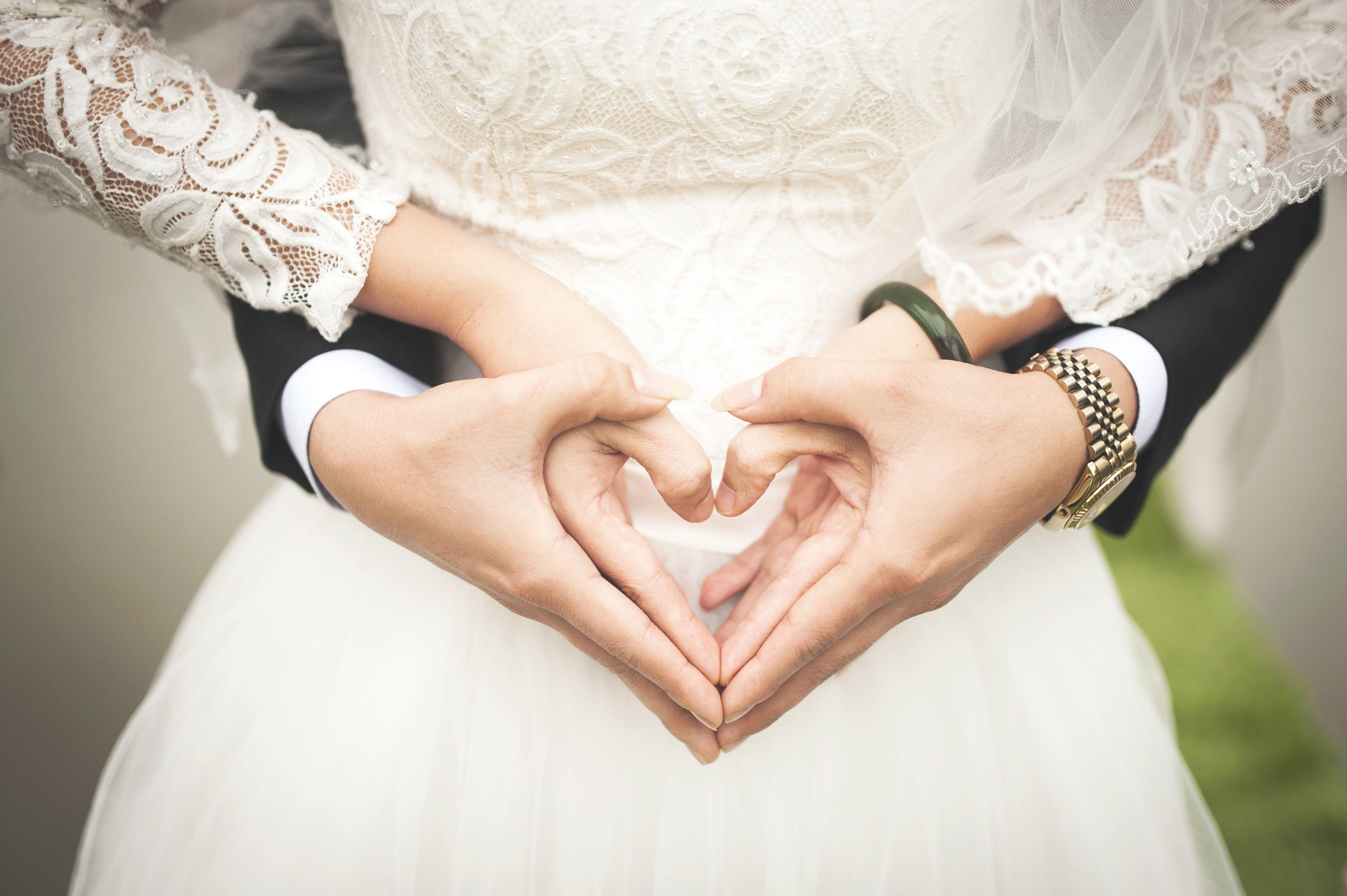 Foto di matrimonio rovinata dall'amico nudo, ma gli sposi la prendono con ironia