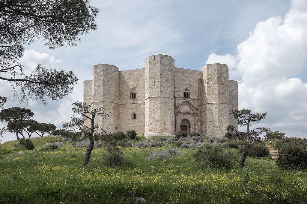 Castel del Monte, la fortezza ottagonale che sorge nell'altopiano delle Murge
