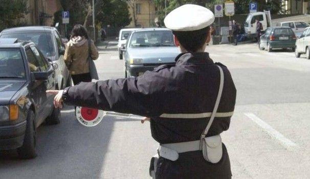 Vieta accesso a strada chiusa a ragazzo in scooter, vigile ridotto in fin di vita da branco