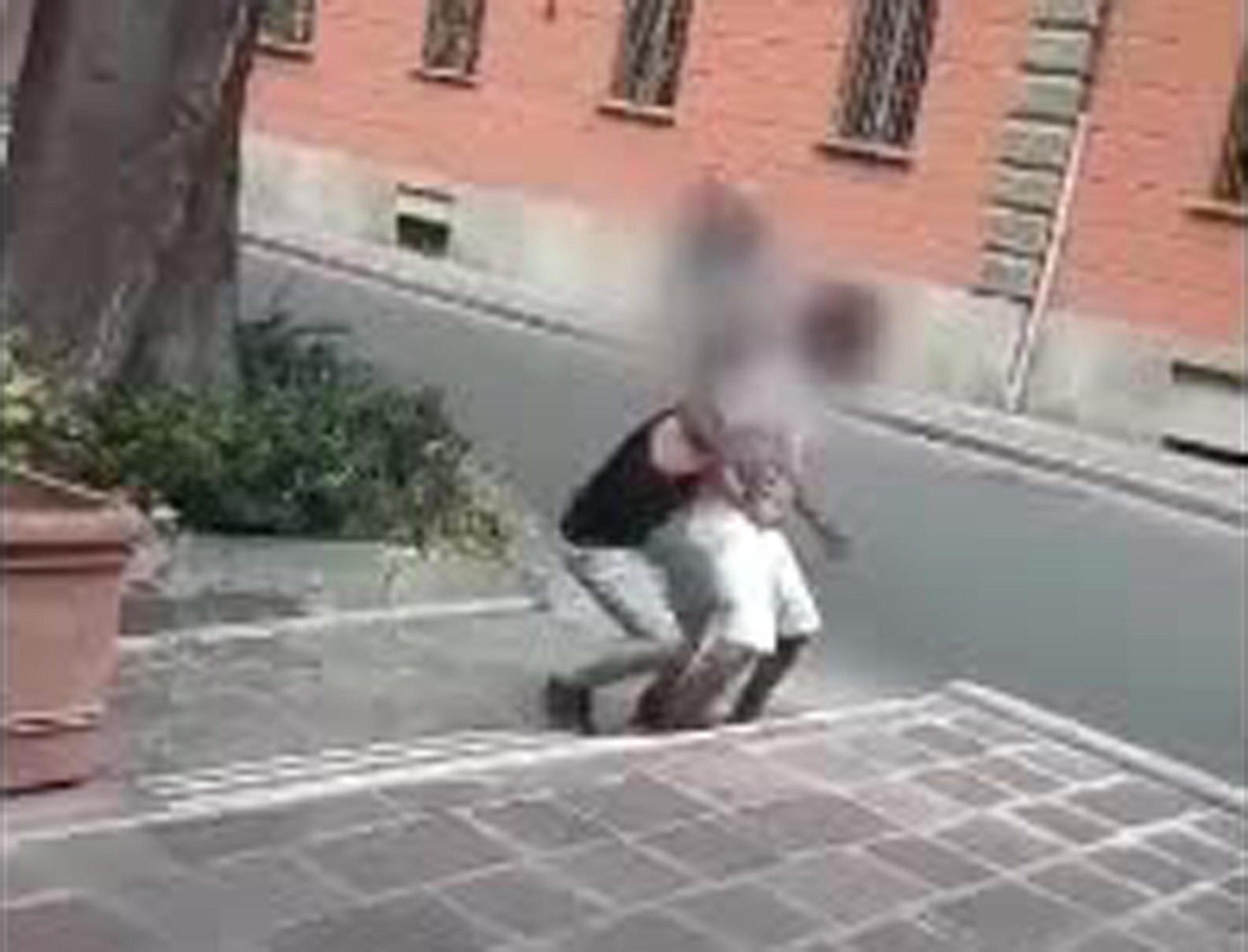 Picchiano richiedente asilo, postano video su Fb