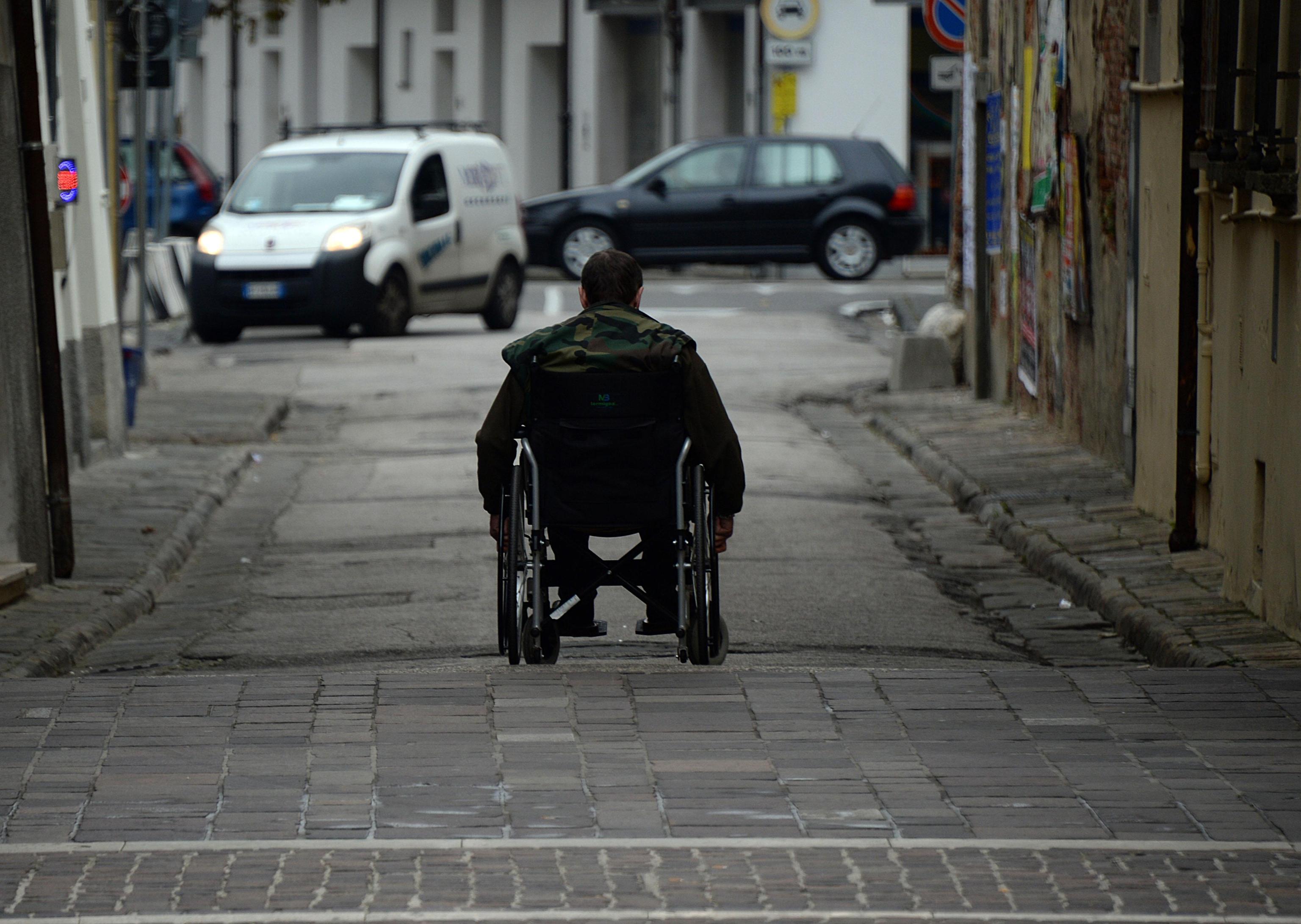 Disabili gravi, la Lombardia dimezza l'assegno mensile: la rabbia delle associazioni