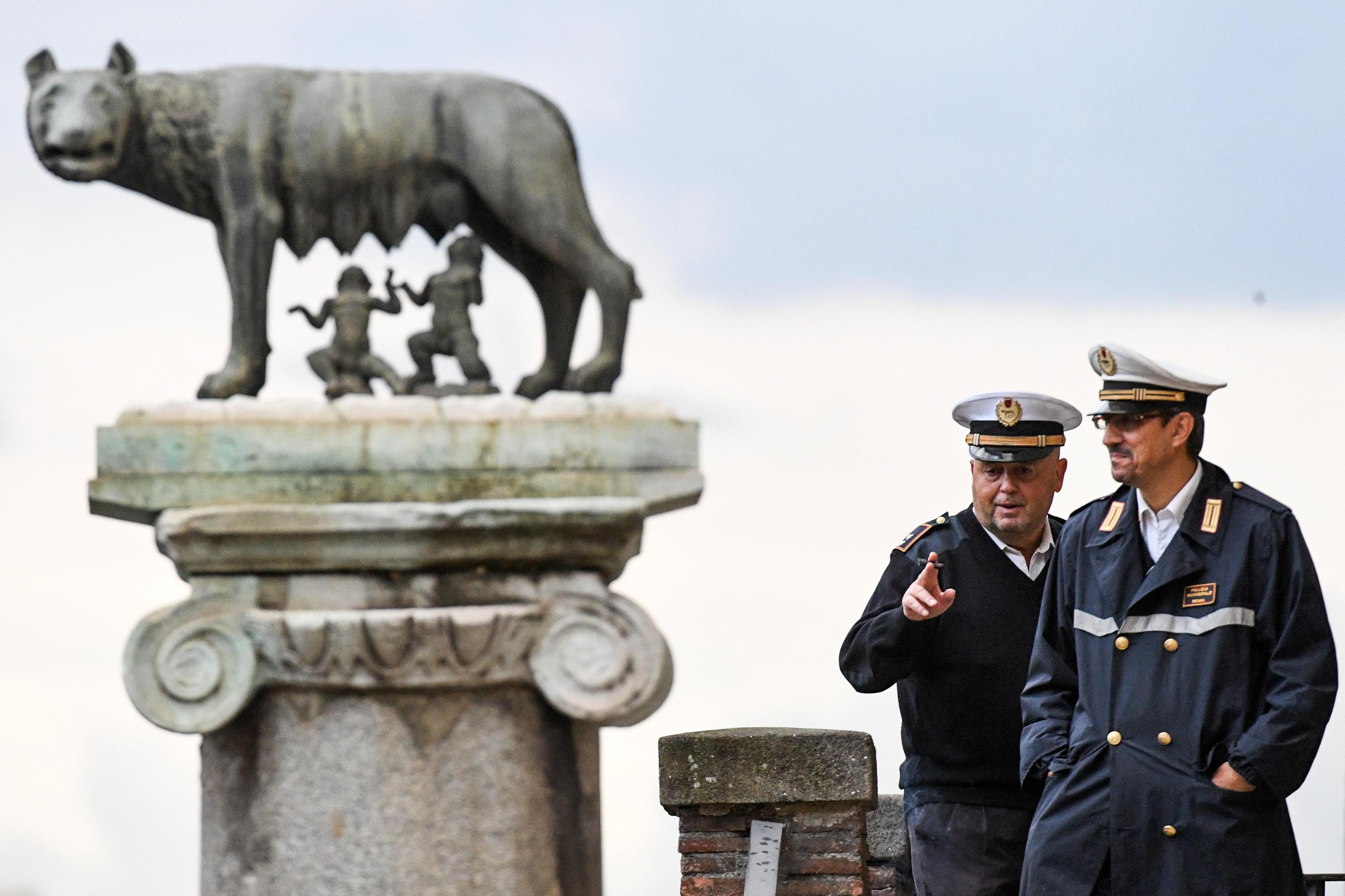 Roma, nuovi divieti al vaglio della giunta Raggi: vietato mangiare sull'autobus e stendere i panni fuori