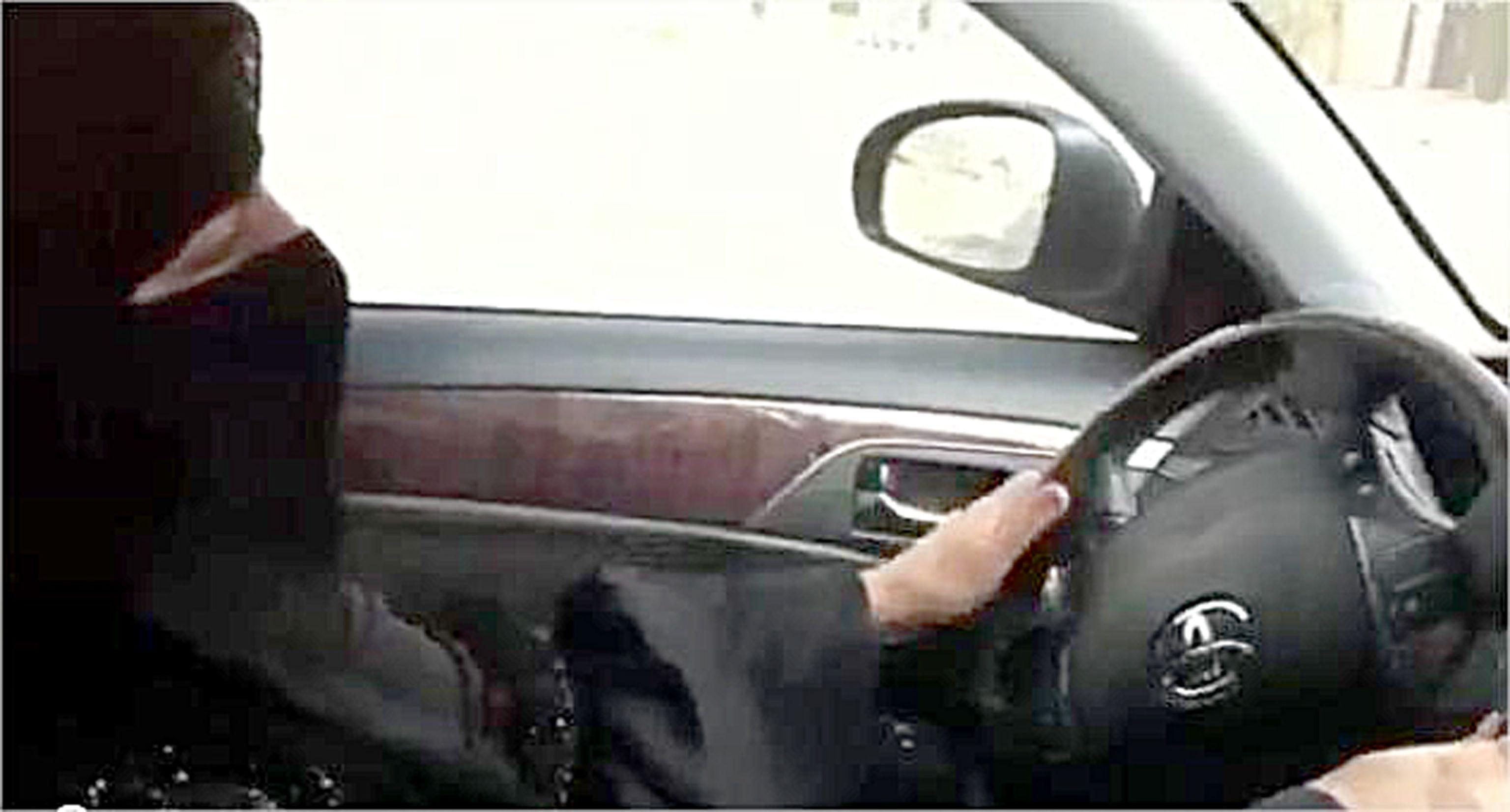 Per lo sceicco le donne hanno 1/4 di cervello e non possono guidare, ma l'Arabia Saudita apre alla patente per 40enni
