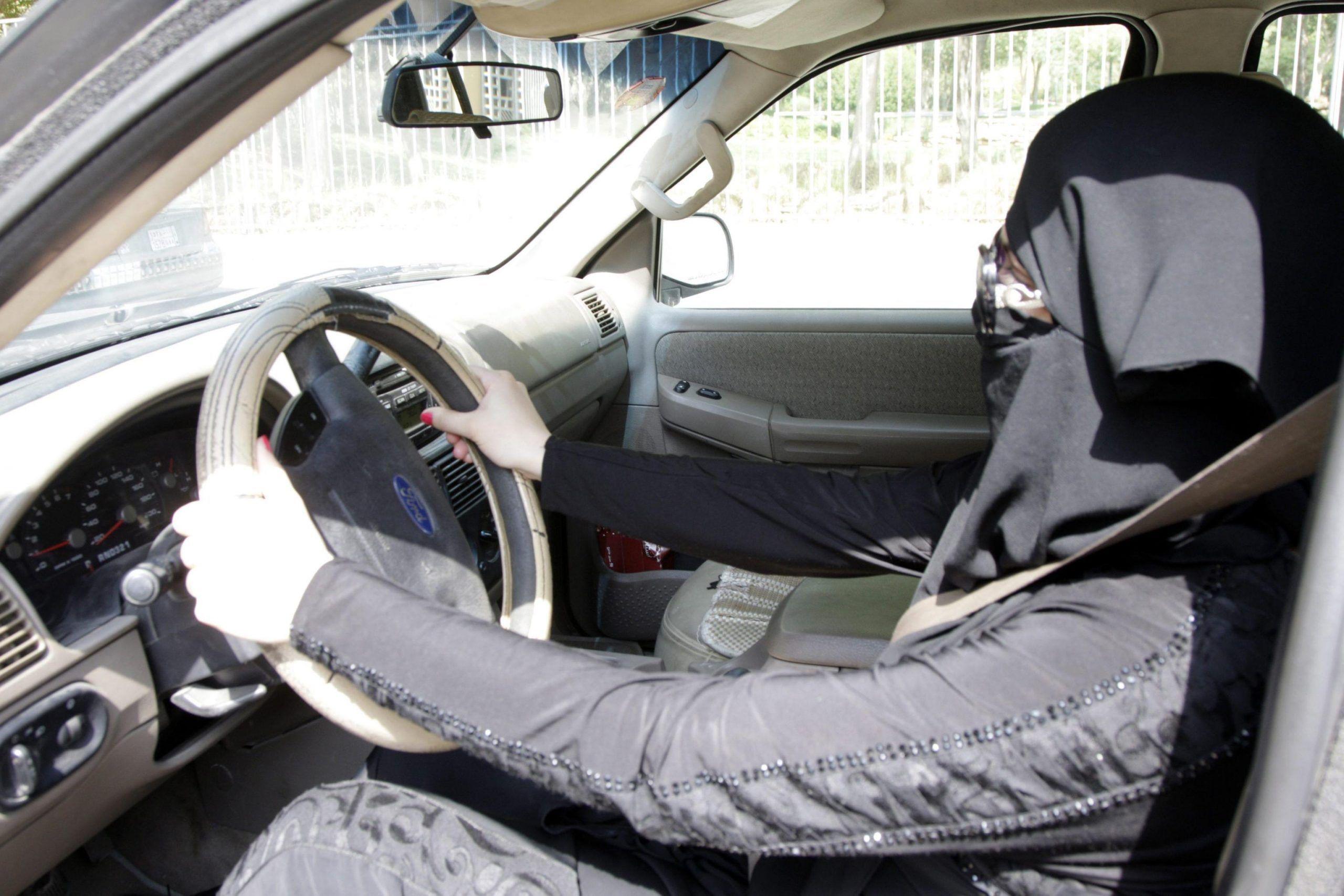 Arabia saudita, svolta storica: le donne potranno guidare l'auto