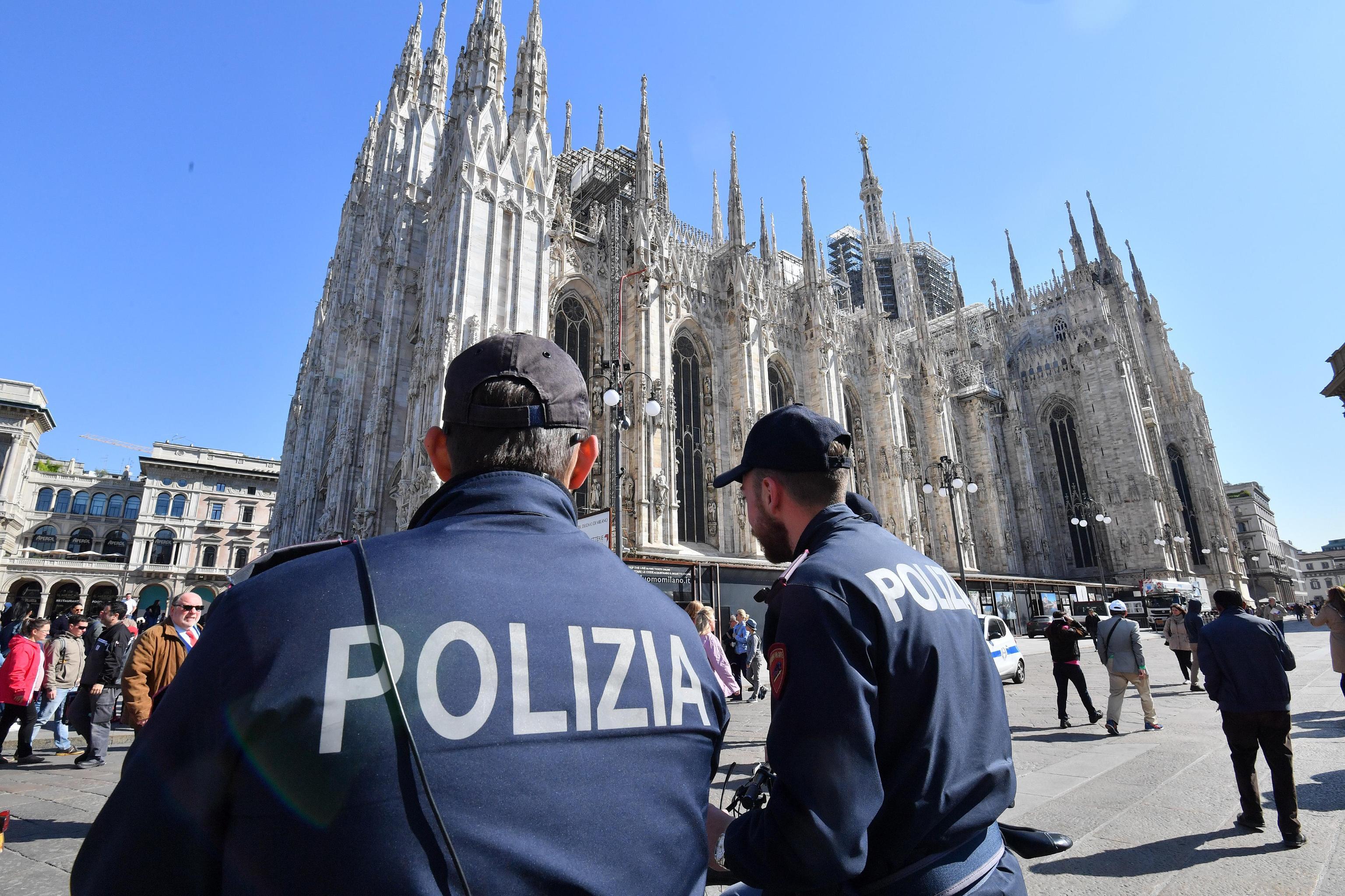 Si traveste da prete per visitare il Duomo di Milano gratis: denunciato 19enne