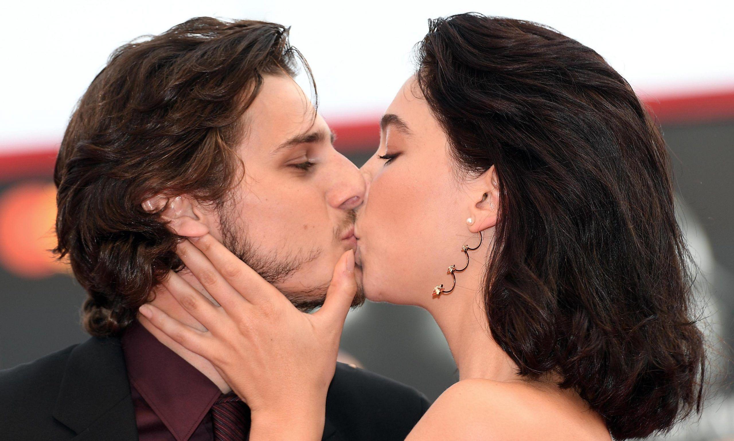 Matilda De Angelis e Andrea Arcangeli: il bacio sul red carpet infiamma Venezia