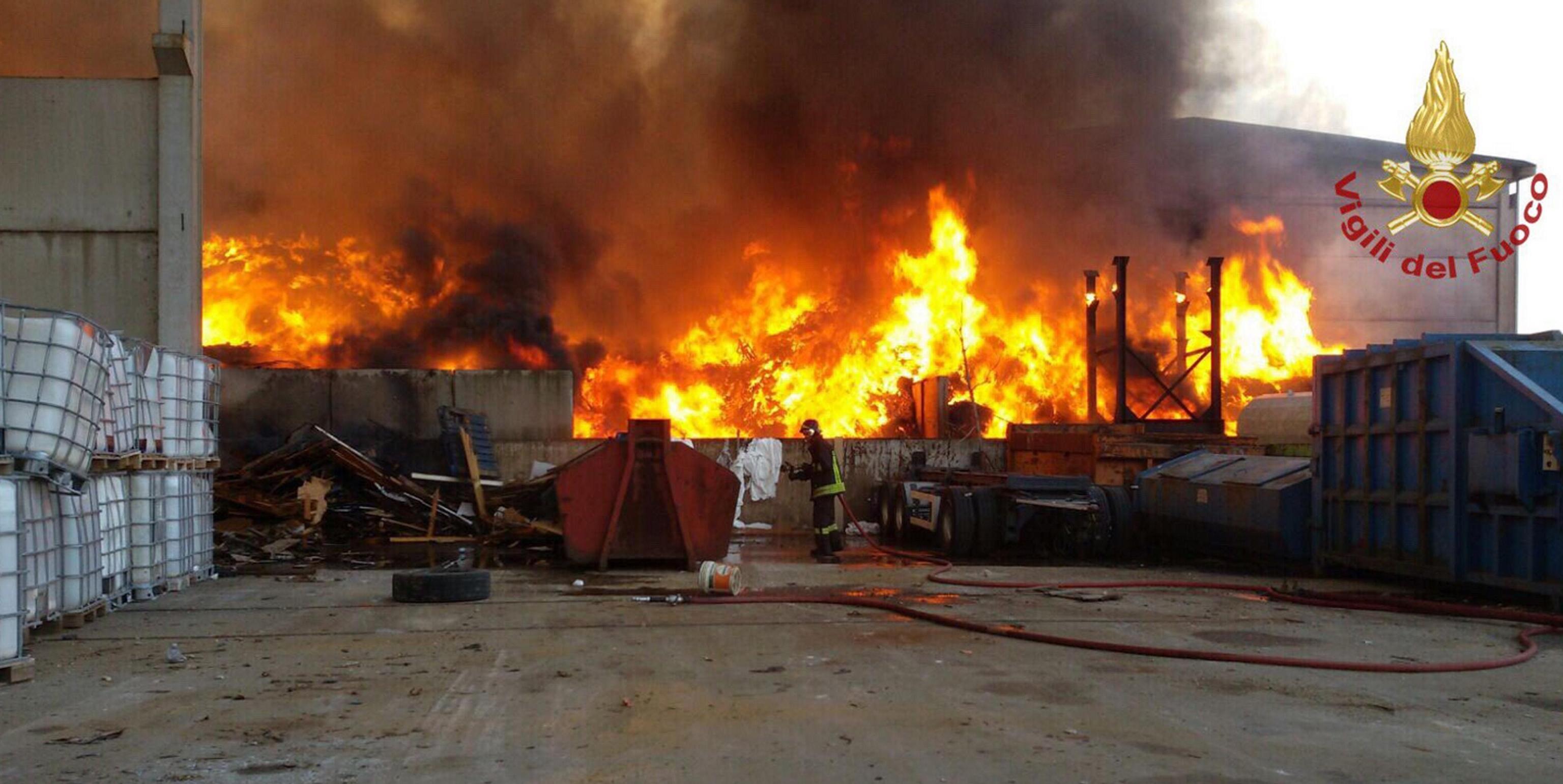 Incendio Mortara domato, ma resta il rischio diossina nell'aria