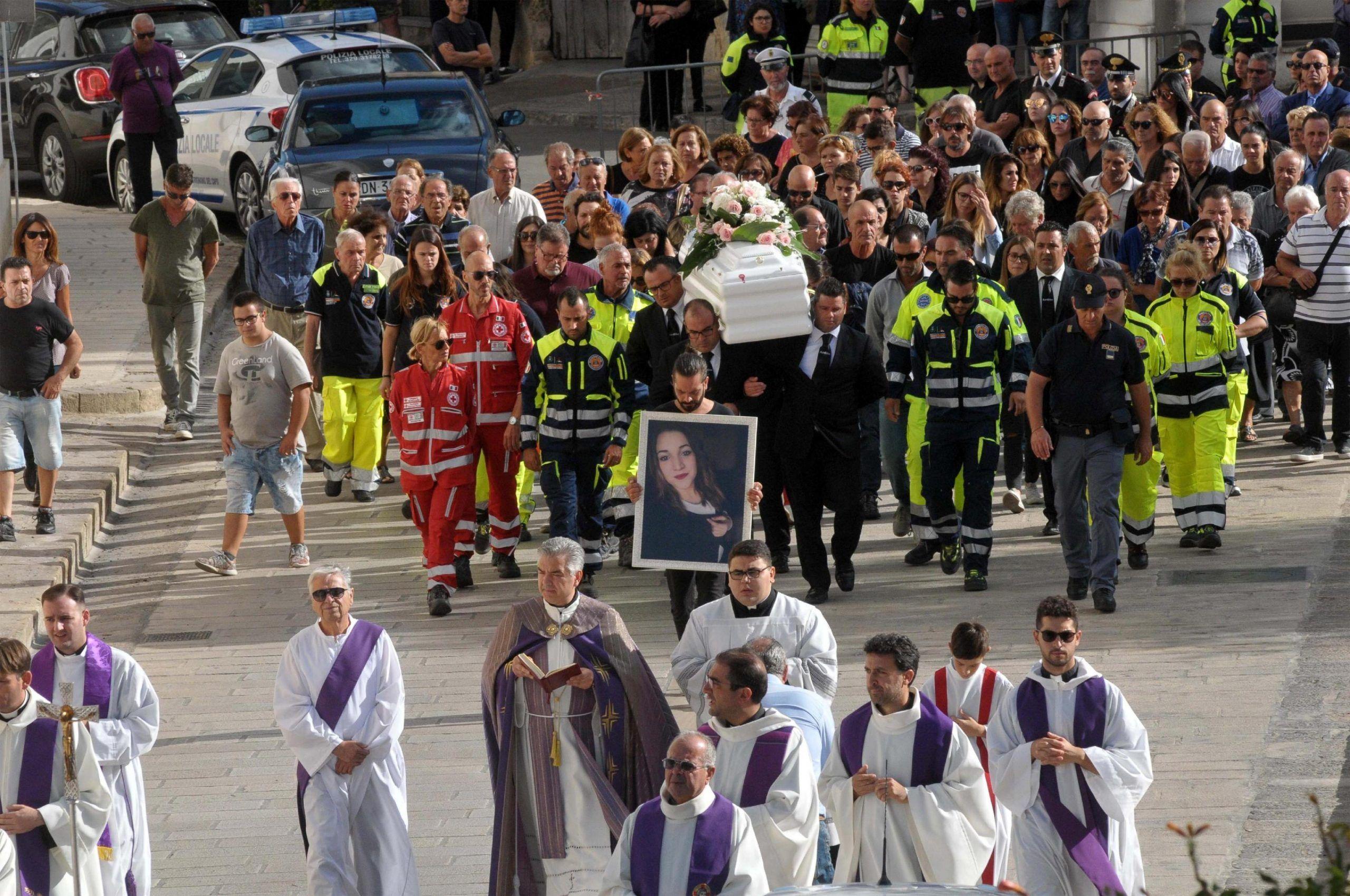 Noemi: feretro portato in chiesa tra ali di folla e applausi
