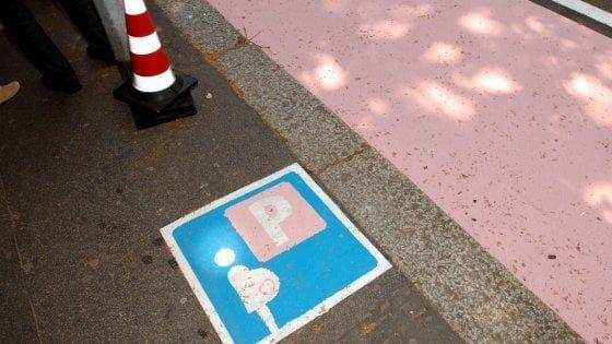 Parcheggi rosa per donne etero e comunitarie, sindaco di Pontida fa retromarcia