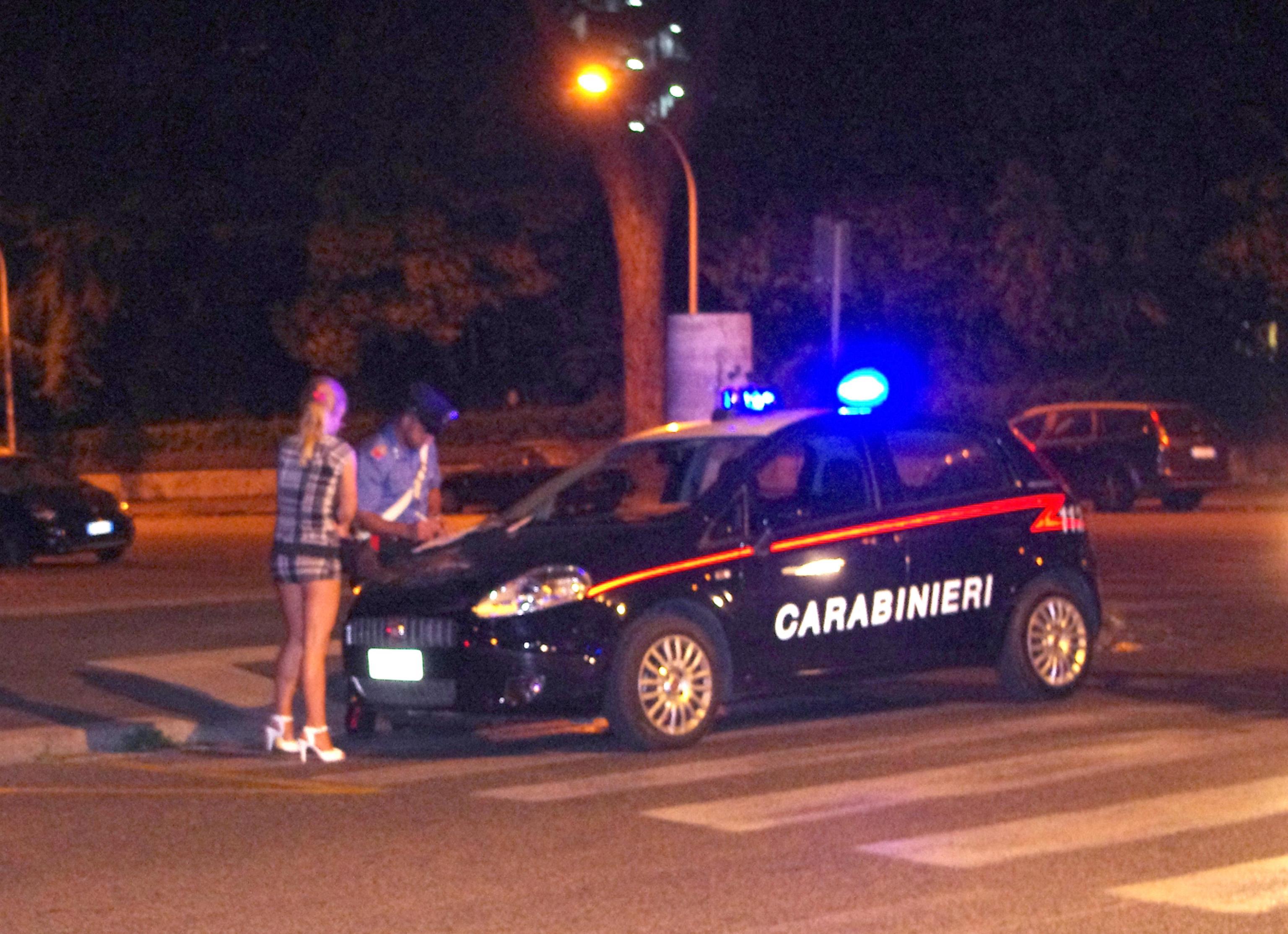 Prostituzione, a Firenze l'ordinanza di Nardella: pugno duro contro i clienti, vietato contrattare con le prostitute
